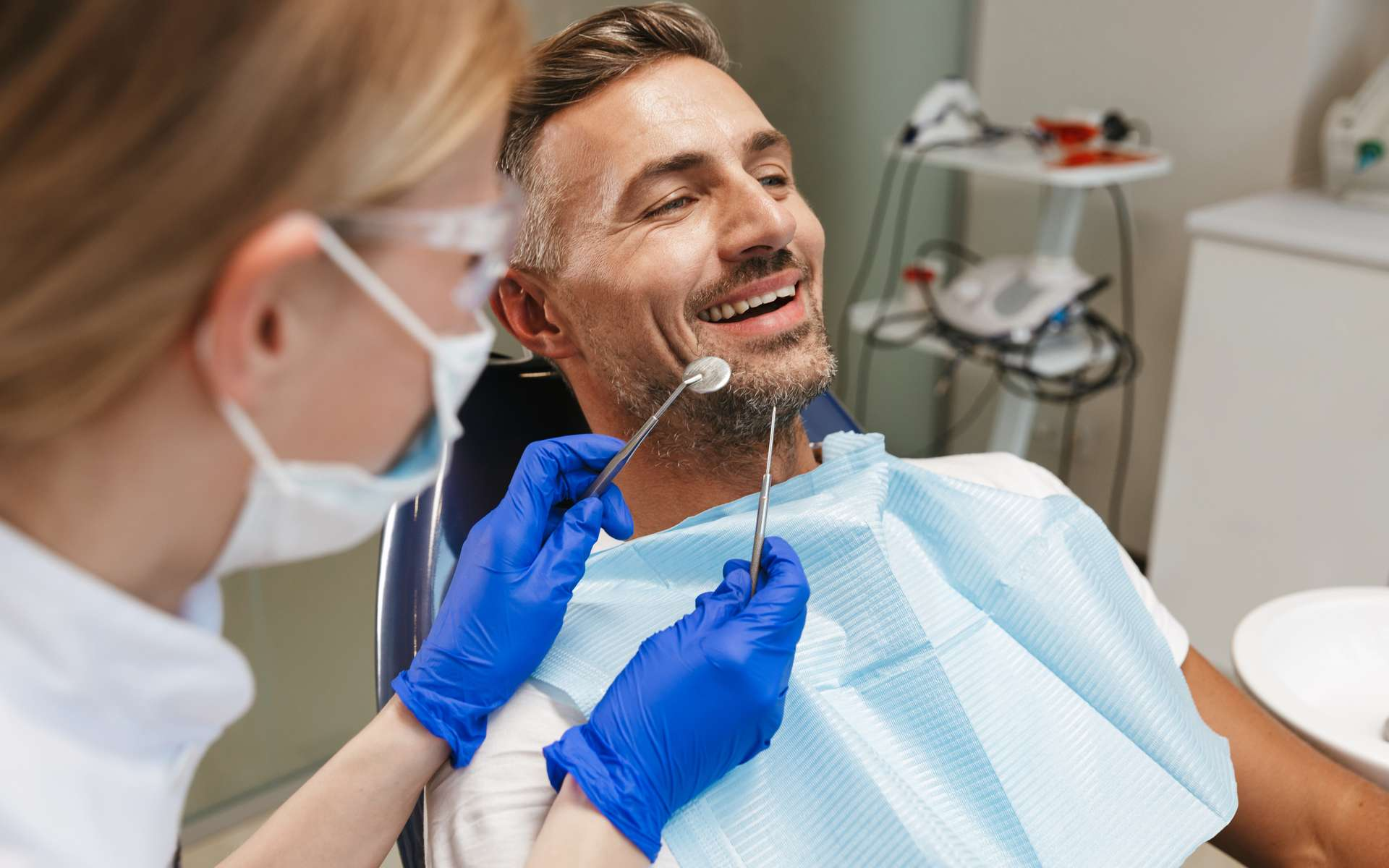 En cette période de Covid-19, des mesures sanitaires sont prises et appliquées pour protéger patients et dentistes avant et pendant les soins. © Drobot Dean, Adobe Stock