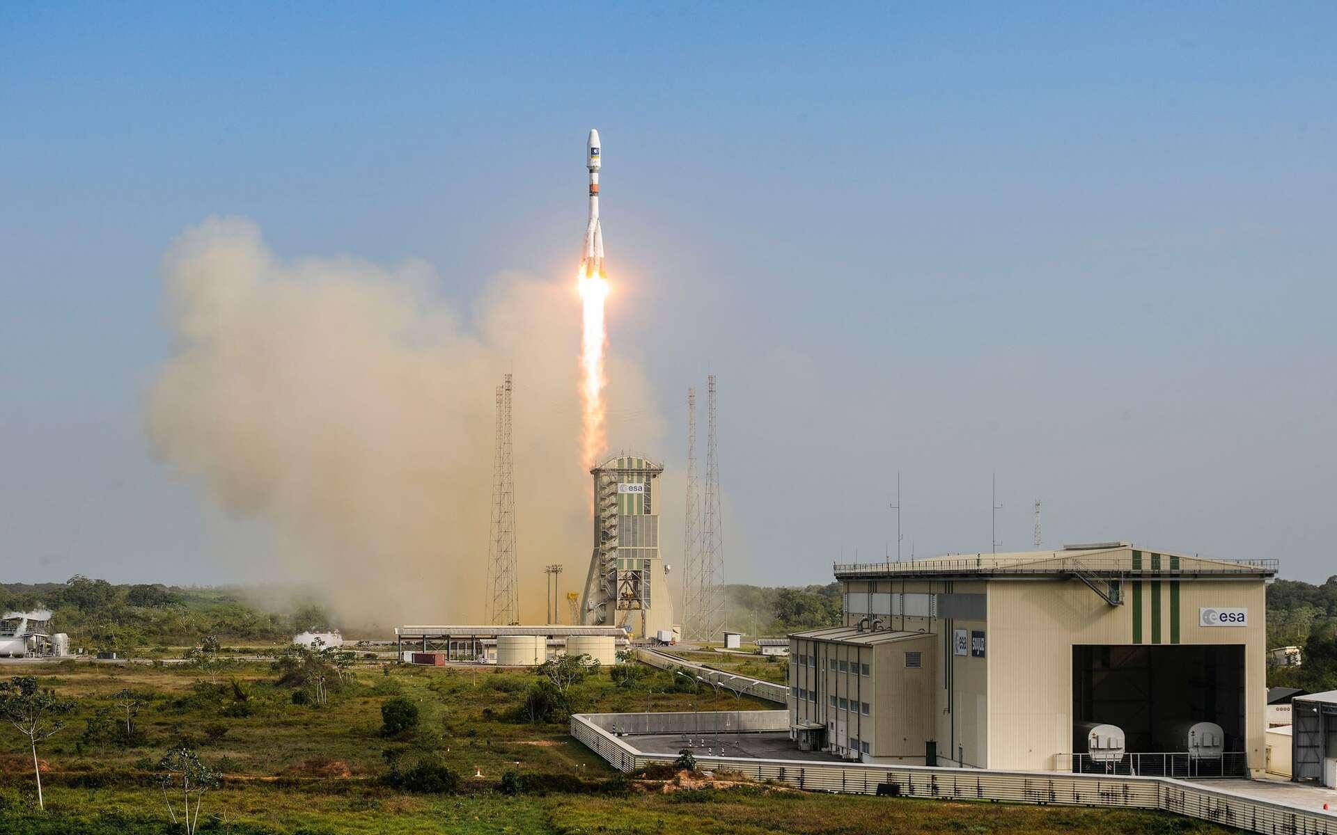 Ce soir, le lanceur russe Soyouz emmènera le satellite Microscope et quatre autres passagers dans l'espace. Il est ici photographié lors de sa précédente mission depuis le Centre spatial guyanais de Kourou, en décembre 2015. Il avait alors à son bord deux satellites Galileo. © Esa, Cnes, Arianespace / Optique Vidéo du CSG