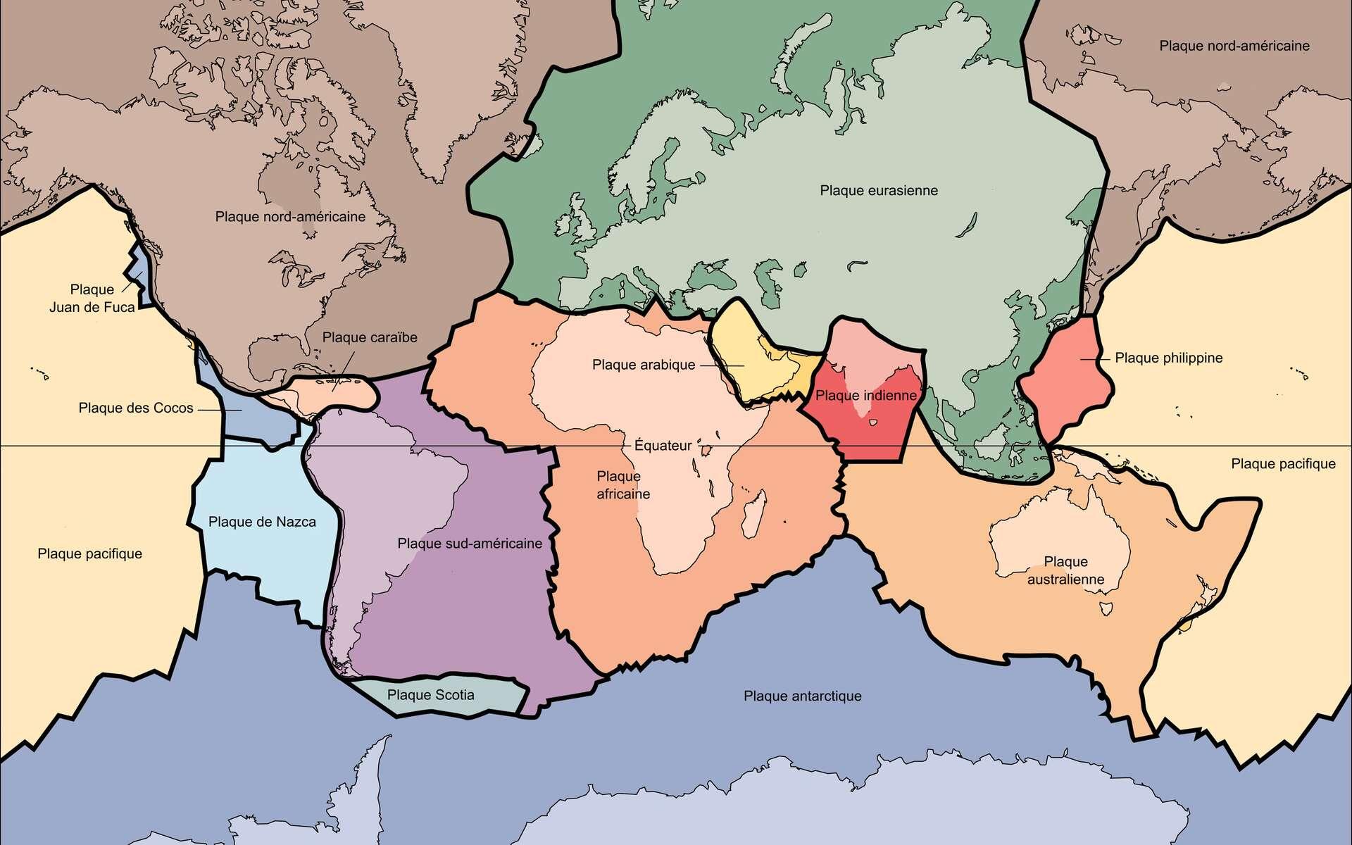 Cette carte représente les principales plaques tectoniques de la Terre. Les surfaces sont déformées par la projection de Mercator. Comment ces plaques se sont-elles formées ? Une nouvelle étude montre qu'il s'agirait d'un équilibre entre des mouvements rapides de convection du manteau terrestre et une cicatrisation plus lente. © Wikimedia Commons, DP