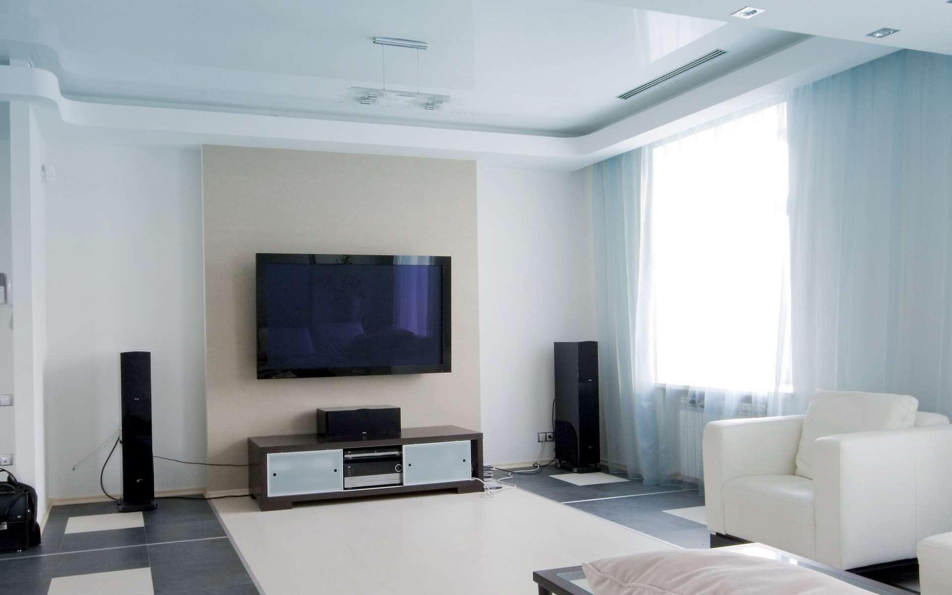 Positionnées au plafond ou au mur, les grilles de ventilation d'un climatiseur gainable sont invisibles au premier coup d'œil. Reliées à une unité intérieure dissimulée dans le faux plafond ou les combles perdus, elles diffusent l'air froid ou chaud en fonction des besoins. © Atlantic
