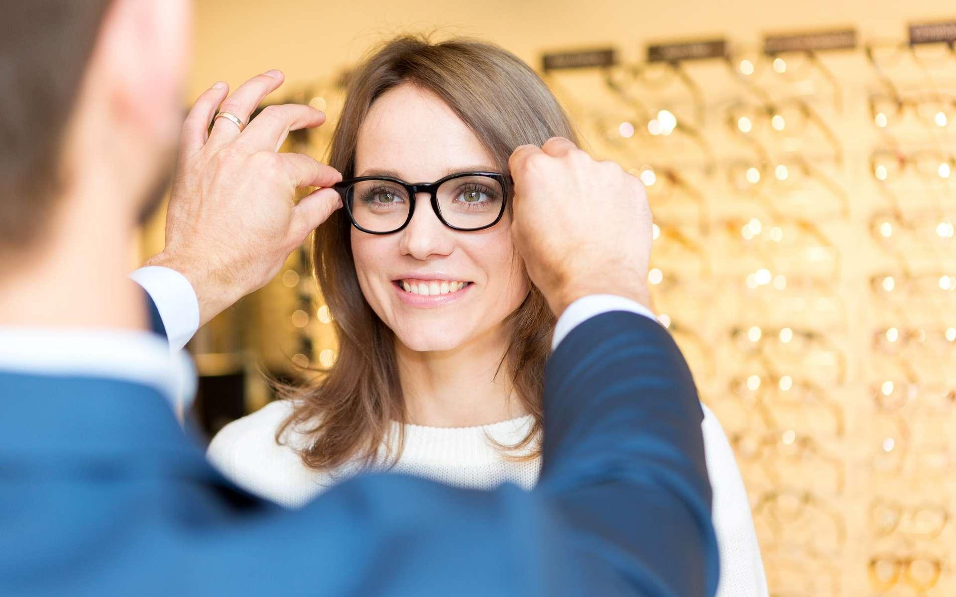 L'opticien-lunetier vend des lunettes et des lentilles de contact mais il a aussi un rôle de conseiller important auprès de ses clients. © Production Perig, Adobe Stock.