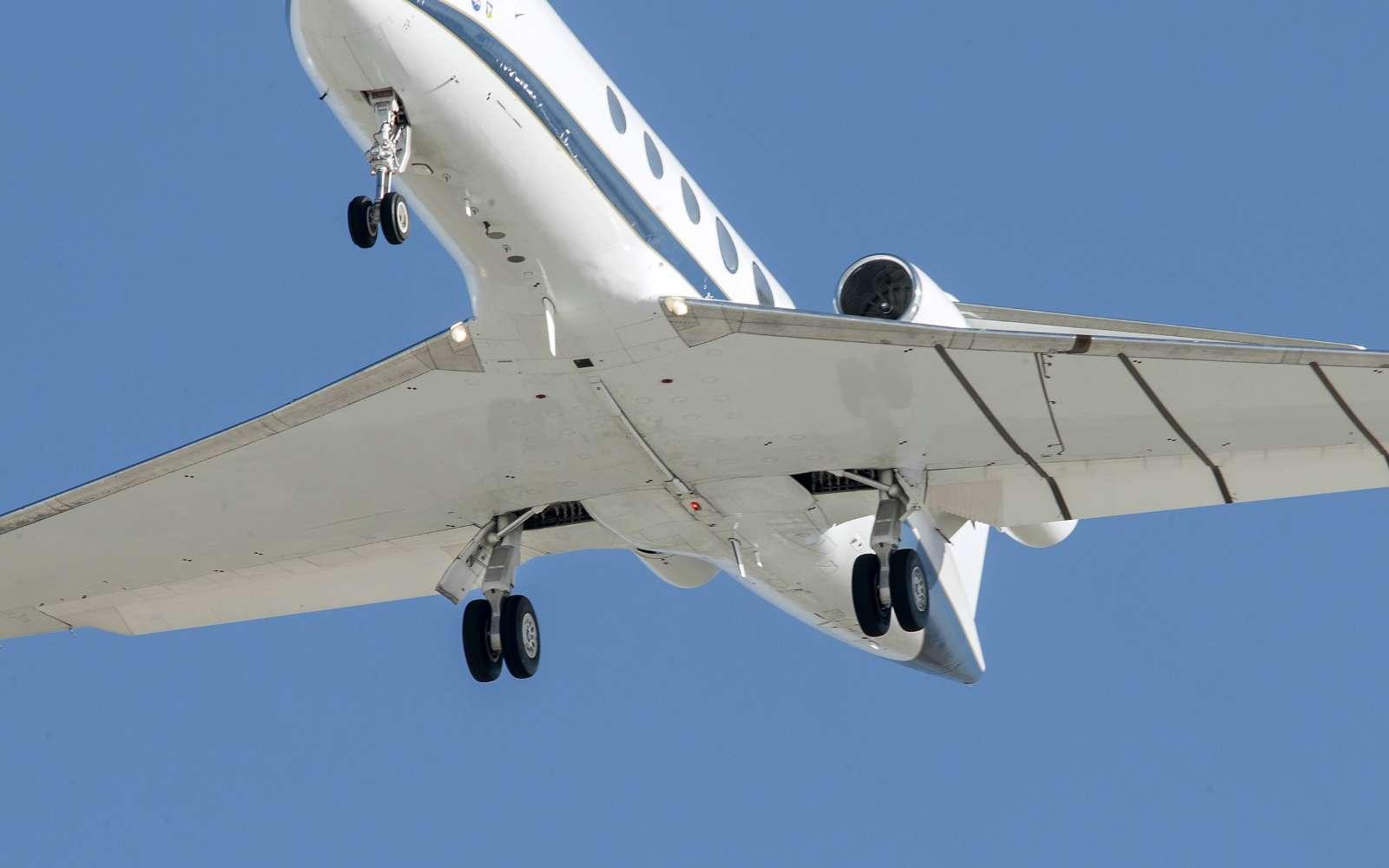 Sur la base d'Edwards en Californie, la Nasa a mené jusqu'au mois de mai des essais de réduction du volume acoustique du bruit aérodynamique de la carlingue d'un avion lorsqu'il se trouve en approche finale pour atterrir. En modifiant les volets, le train d'atterrissage et les orifices dans lesquels ils se logent en vol, le volume sonore global est réduit de 70 %. © Nasa