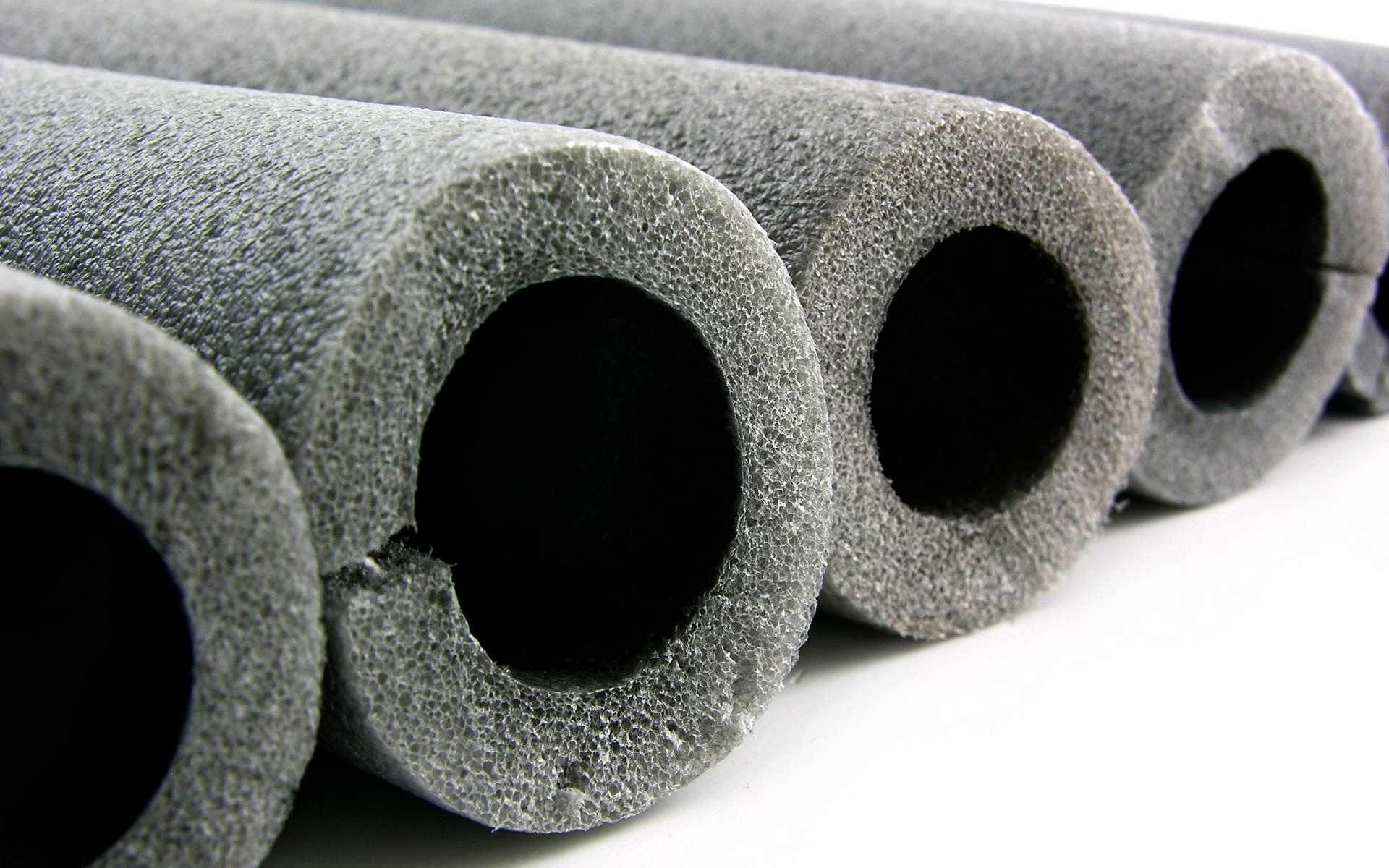 Chauffage, eau chaude sanitaire, pour éliminer les pertes de chaleur des tubes, il est nécessaire de les isoler avec des matériaux calorifuges. © fefufoto, Adobe Stock