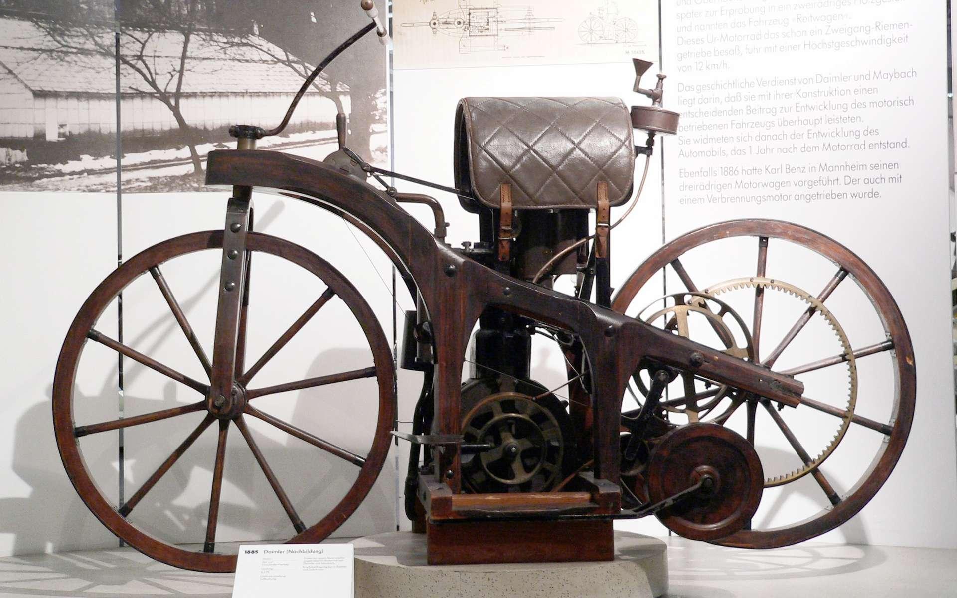 La motocyclette inaugure l'avènement du deux roues motorisés. La motocyclette de Daimler a été le premier modèle à combustion interne, avec roues latérales stabilisatrices. © Joachim Köhler, CC BY-SA 3.0, Wikimédia Commons