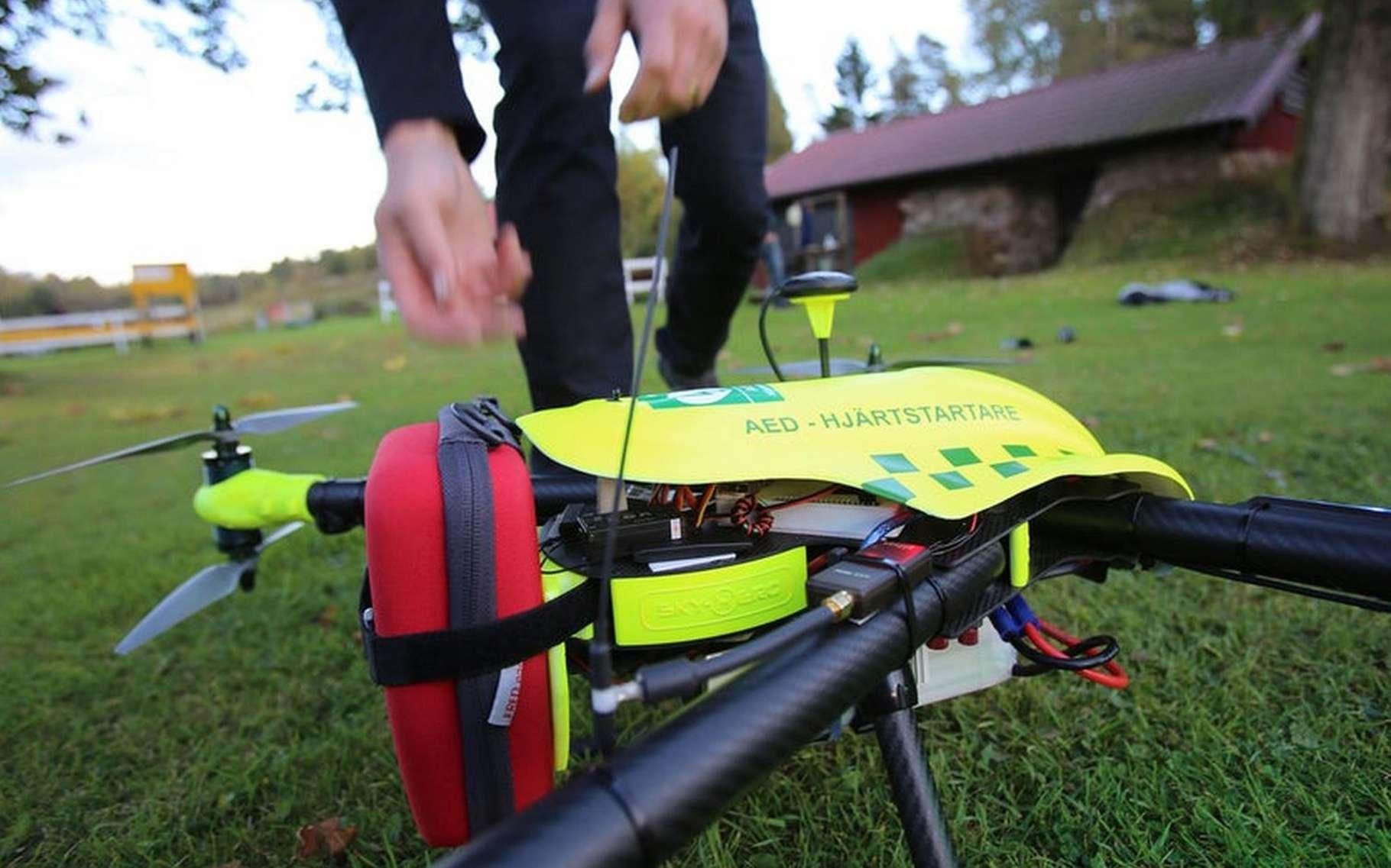 Le drone d'intervention FlyPulse embarque un défibrillateur automatique externe qui permet à quiconque de pratiquer une réanimation cardiaque sur une personne victime d'un arrêt du cœur. © FlyPulse