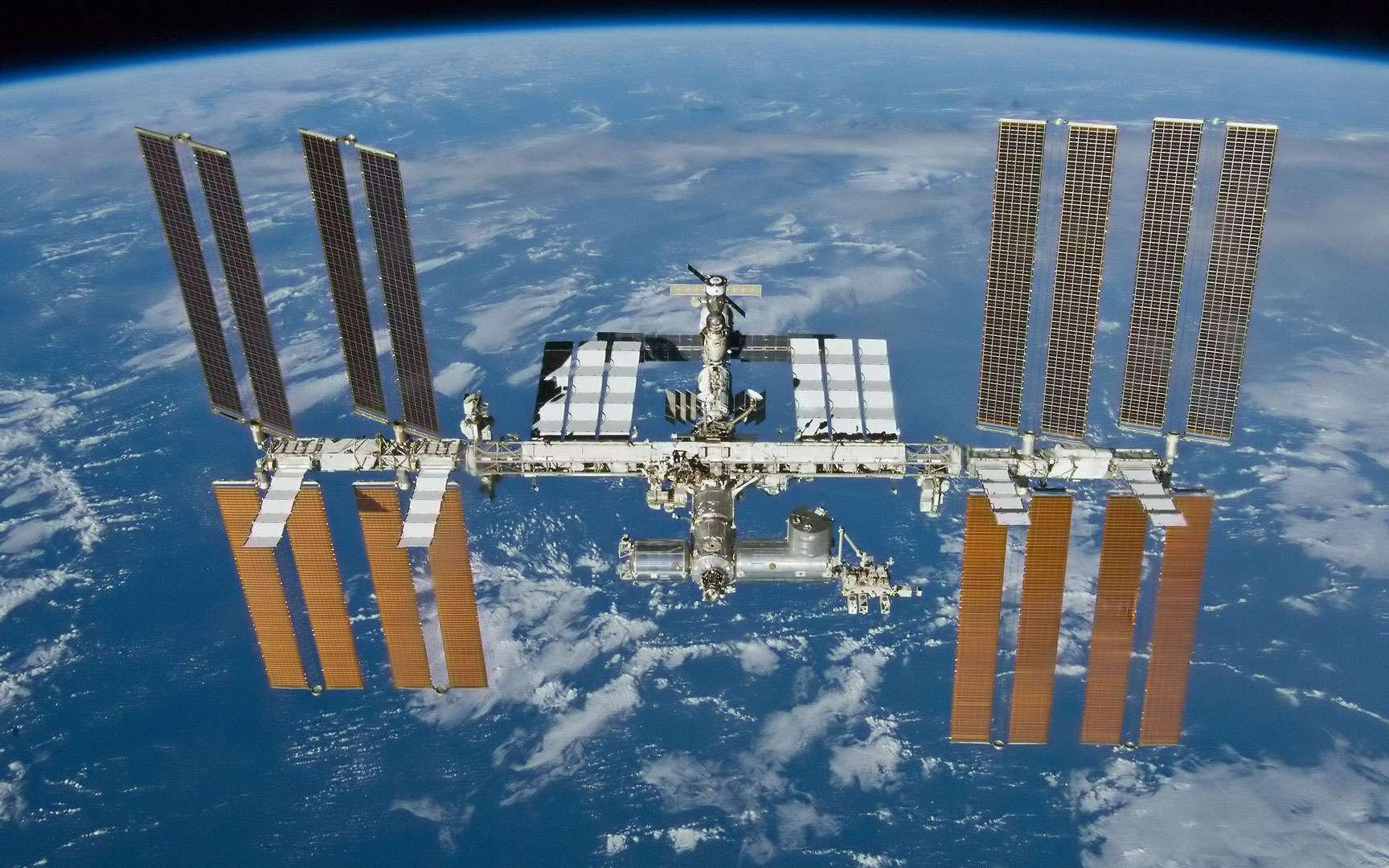 Mir. Rendez-vous entre la navette spatiale Columbia et la station russe Mir.
