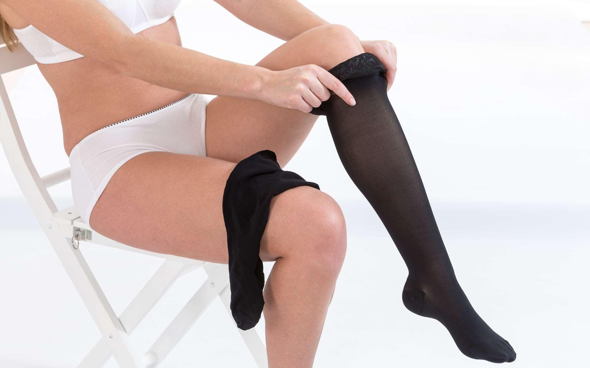 Les bas de contention permettent de comprimer la jambe et favoriser la circulation sanguine. © JPC-PROD, Adobe Stock