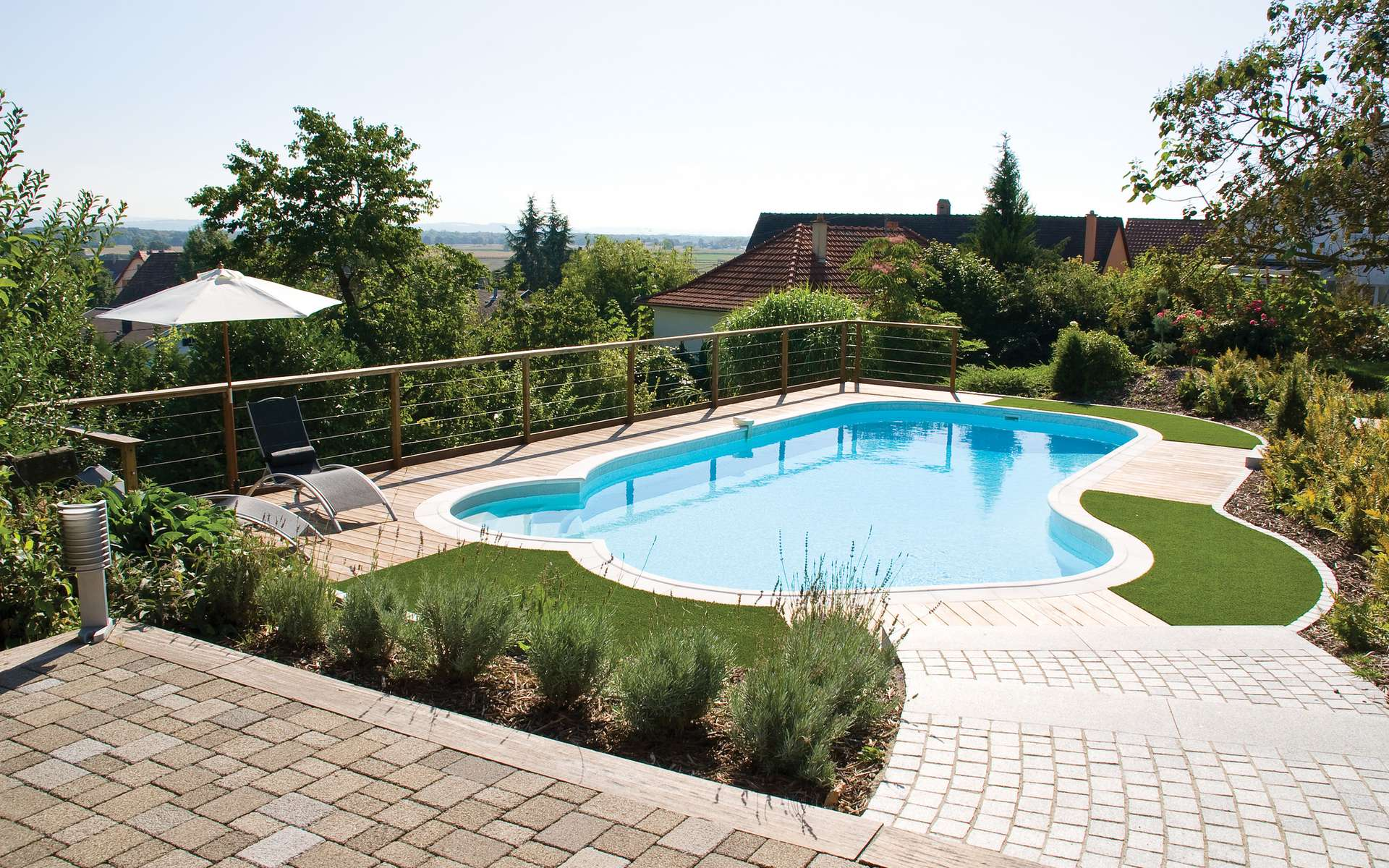 L'installation d'une piscine en résine est rapide et peu coûteuse. © Piscines Waterair, Wikimedia Commons, CC BY 2.0