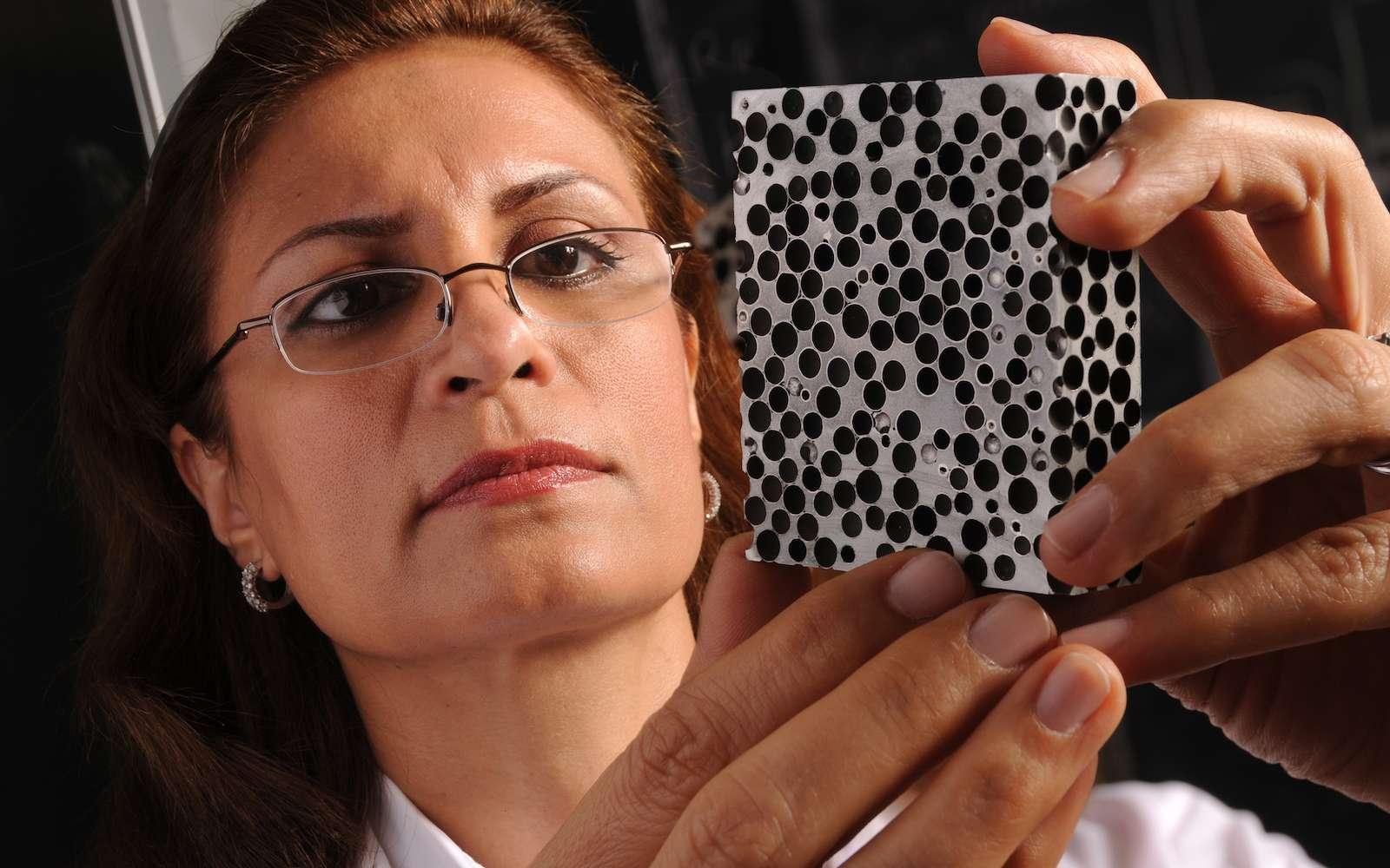 La mousse métallique ne se contente pas d'absorber les projectiles puisqu'elle protège aussi du feu et des rayons X. © NC State