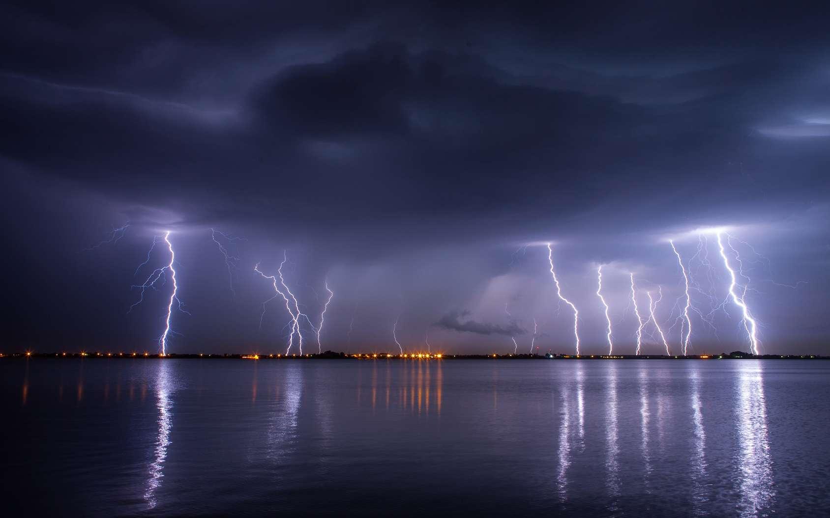 Des coups de tonnerre accompagnent les éclairs qui zèbrent le ciel au cours d'un orage. © danmir12, fotolia