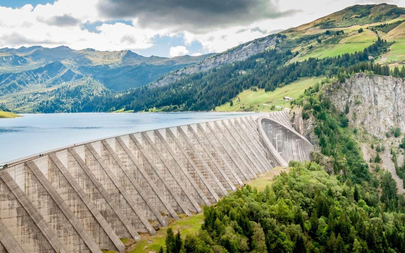 Le barrage de Roselend en Savoie a conduit à submerger le village de Roselend lors de sa mise en eau. © jasckal, Fotolia