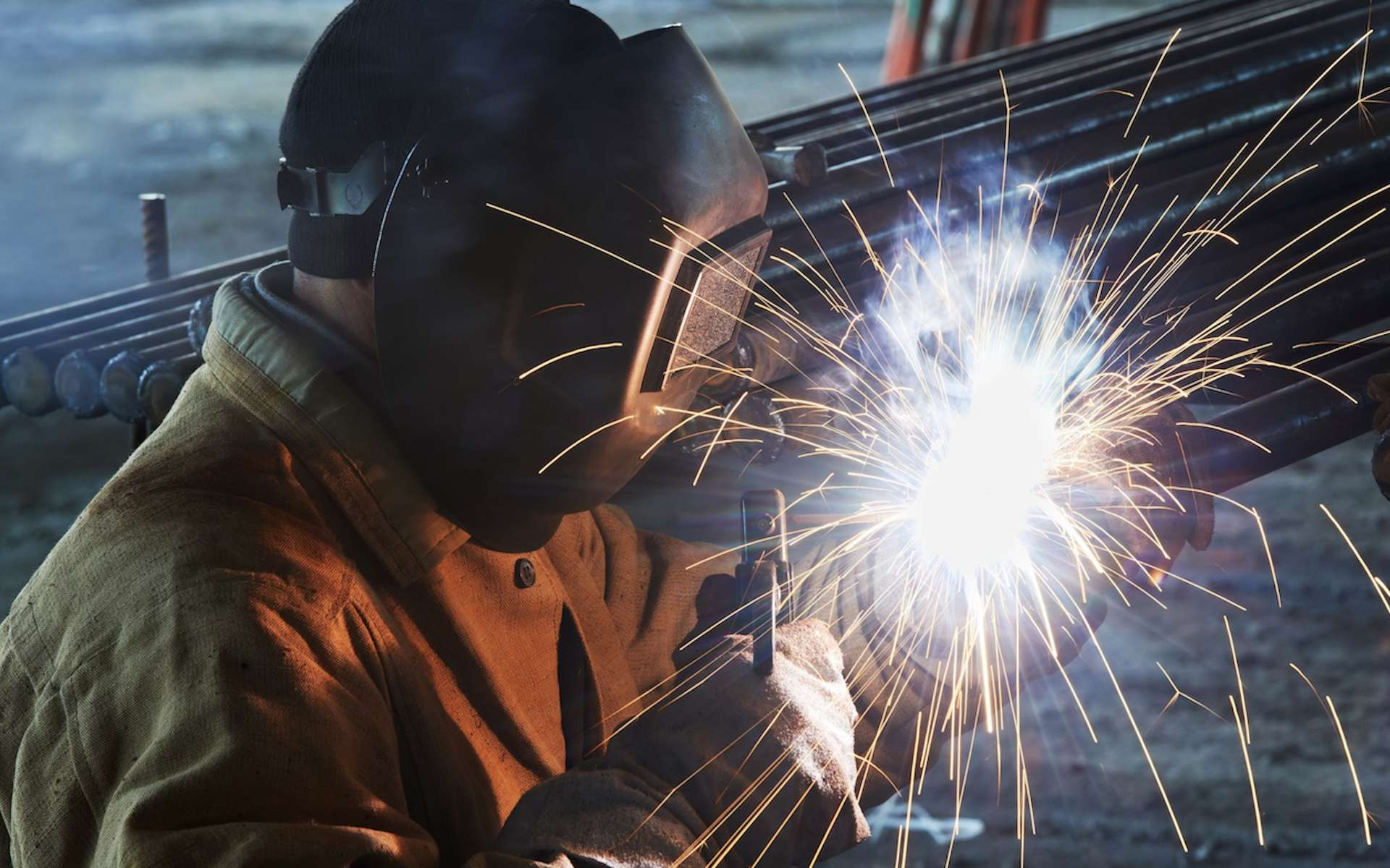 Une soudure à l'arc permet l'assemblage deux pièces métalliques par la fusion d'un métal d'apport constitué d'une électrode enrobée.© UIMM La Fabrique de l'Avenir
