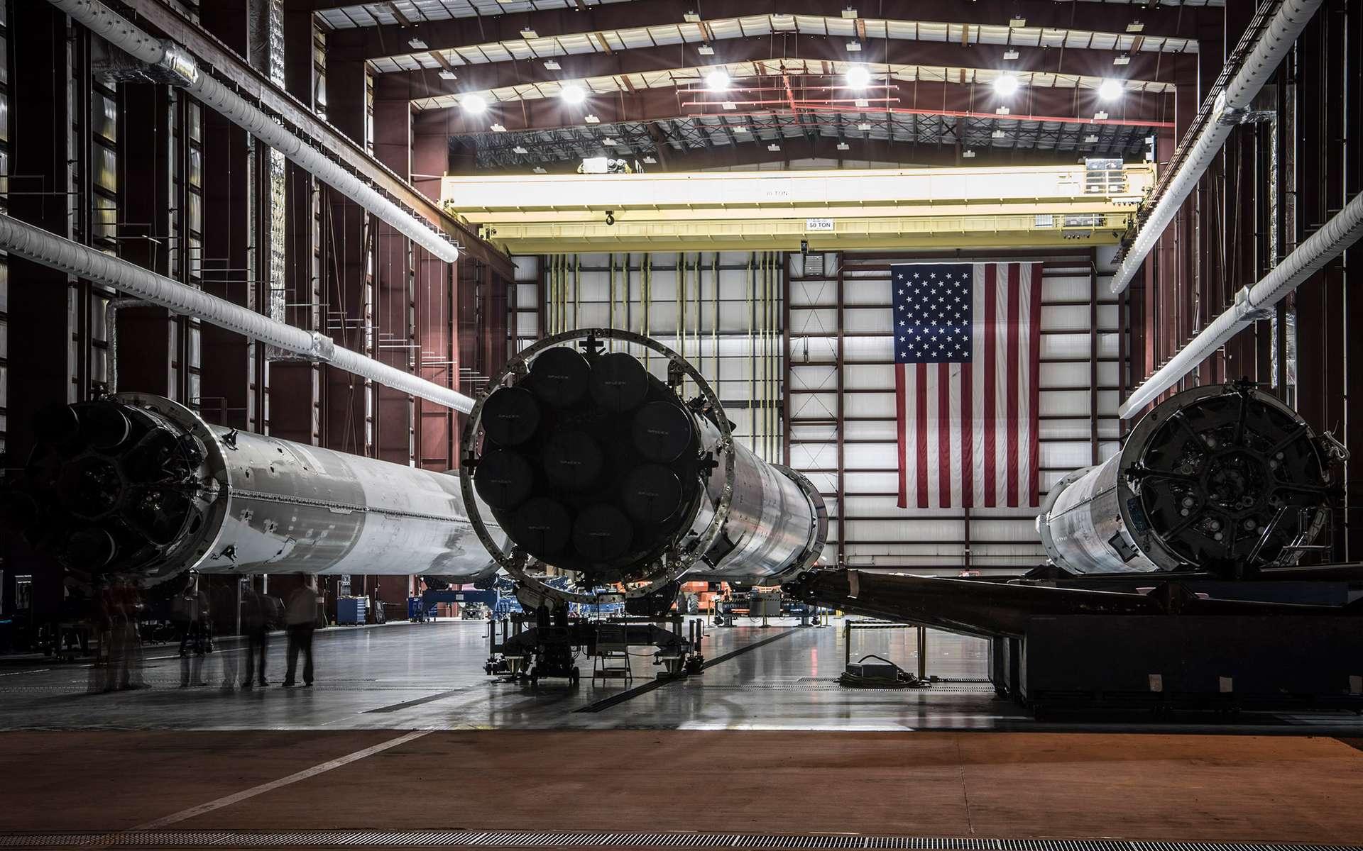 Les trois premiers étages récupérés après leur vol, ici dans un hangar du complexe de lancement LC39 du Centre spatial Kennedy que SpaceX loue à la Nasa. Ces étages ont volé le 21 décembre 2015, lors du lancement des satellites de la constellation Orbcomm, le 8 avril 2016 pour envoyer une capsule Dragon vers la Station spatiale et le 6 mai, pour mettre en orbite le satellite de télécommunications japonais JCSAT-14. © SpaceX