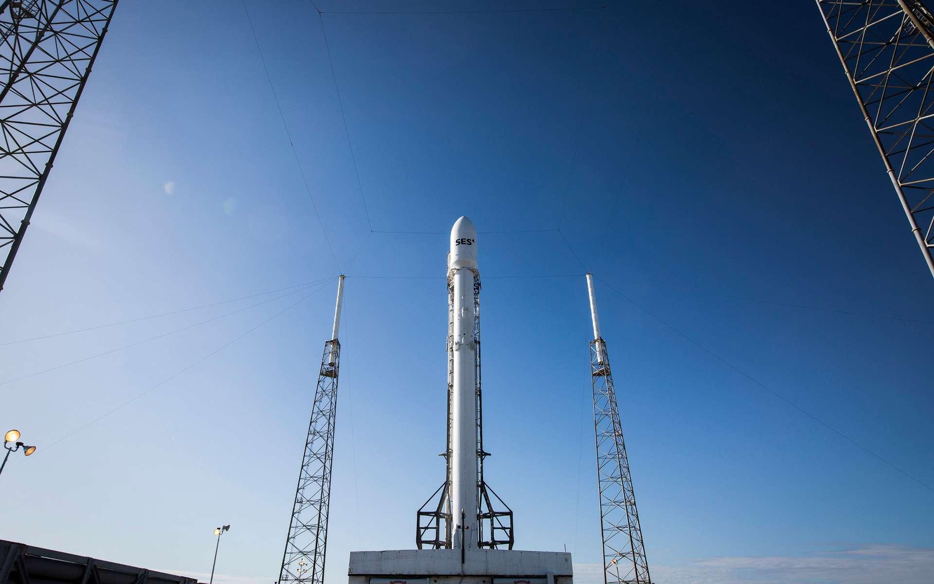 Après Jason 3 en janvier, pour son deuxième lancement de l'année, SpaceX change de braquet. Les 550 kilogrammes du satellite d'océanographie Jason 3 laissent la place aux 5,3 tonnes du satellite de télécommunications SES 9. © SpaceX