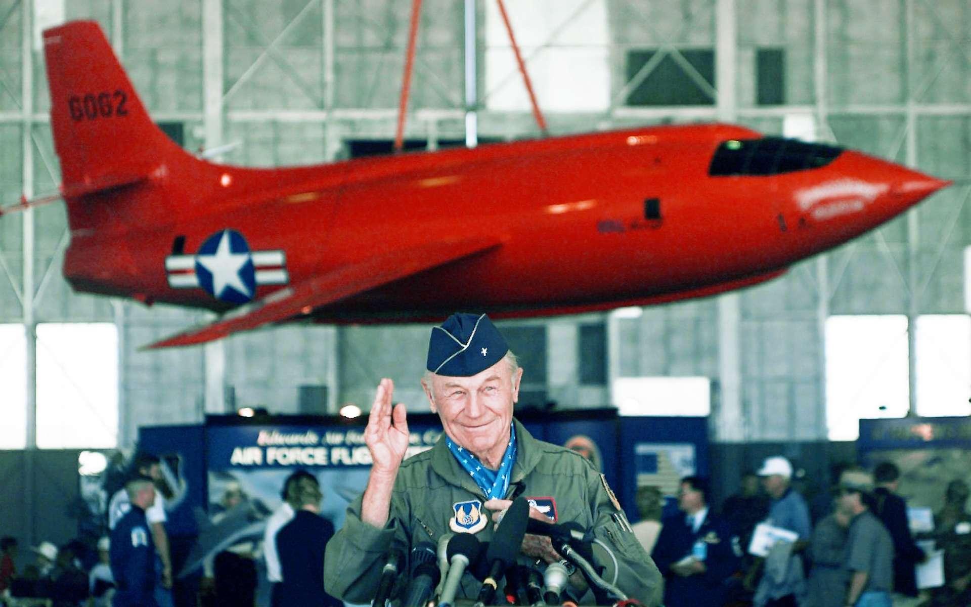 Chuck Yeager en 1997 lors d'une conférence menée sur la base américaine Edwards où il a mené toute sa carrière. © Michael Caulfield, AP