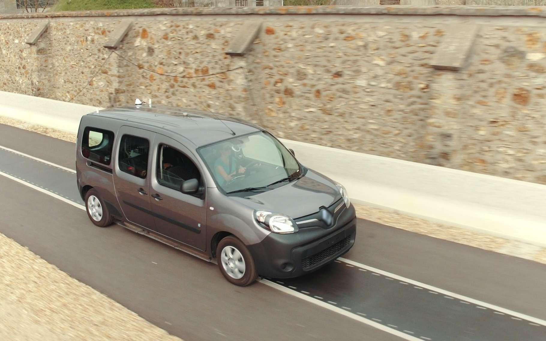 Renault a testé le concept de recharge sans contact par induction électromagnétique avec deux Kangoo ZE électriques. © Renault, Qualcomm, Vedecom