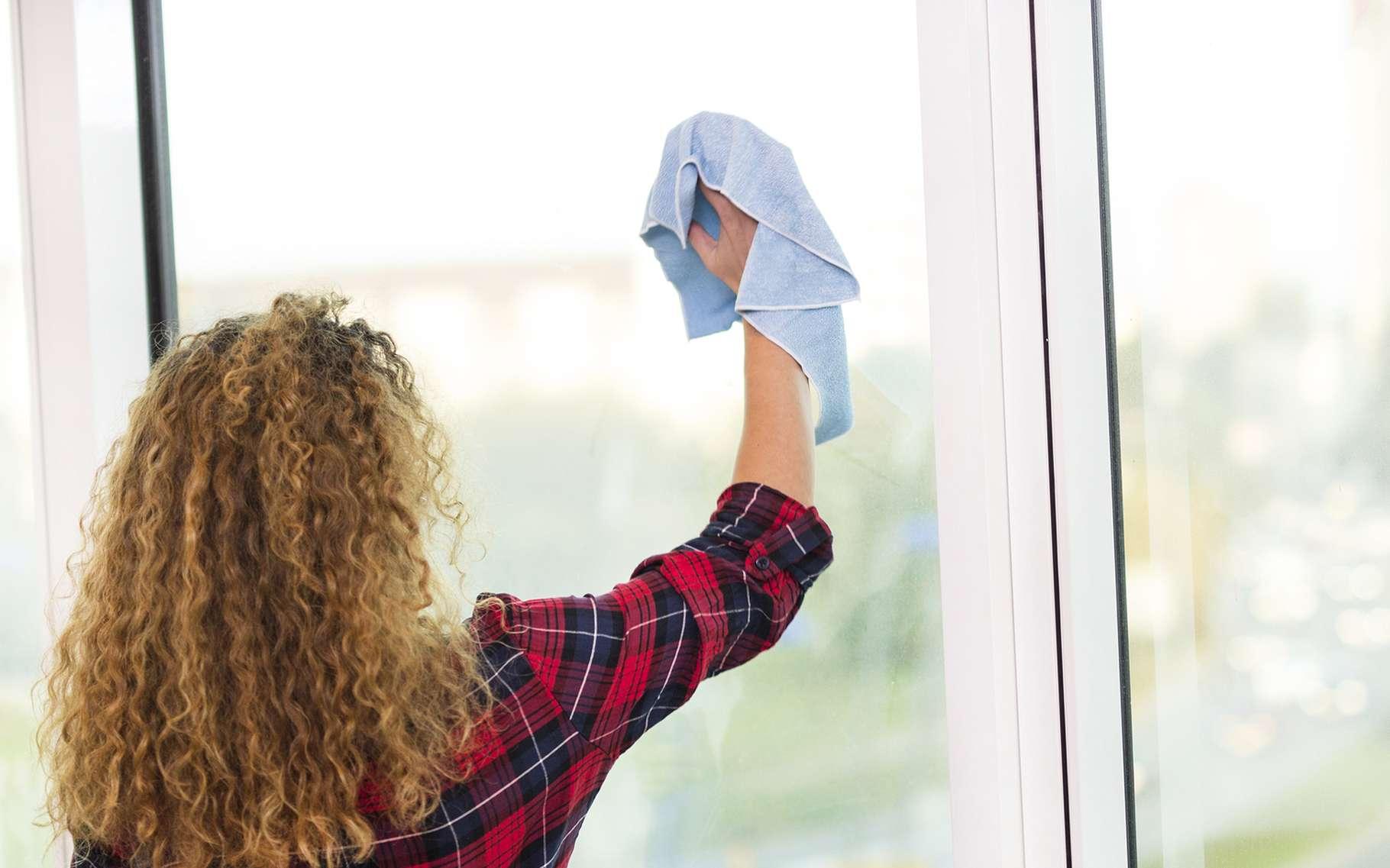 Le nettoyage d'une fenêtre PVC nécessite quelques précautions. © The One Studio, Shutterstock