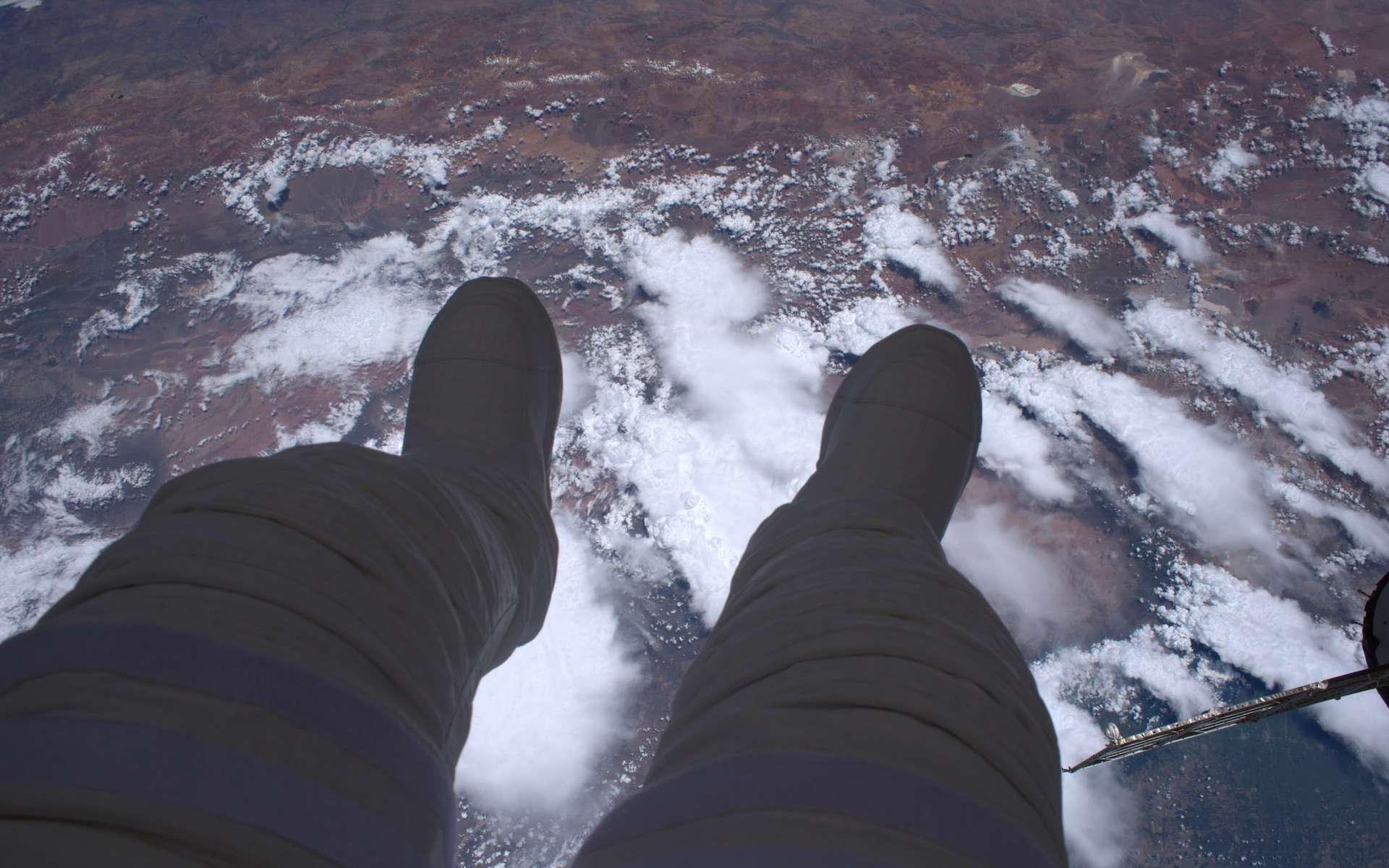 Thomas Pesquet lors de sa sortie dans l'espace. Comme il le souligne, « concrètement, une sortie extravéhiculaire, c'est ça : 400 km de vide sous les pieds ». © ESA, Nasa