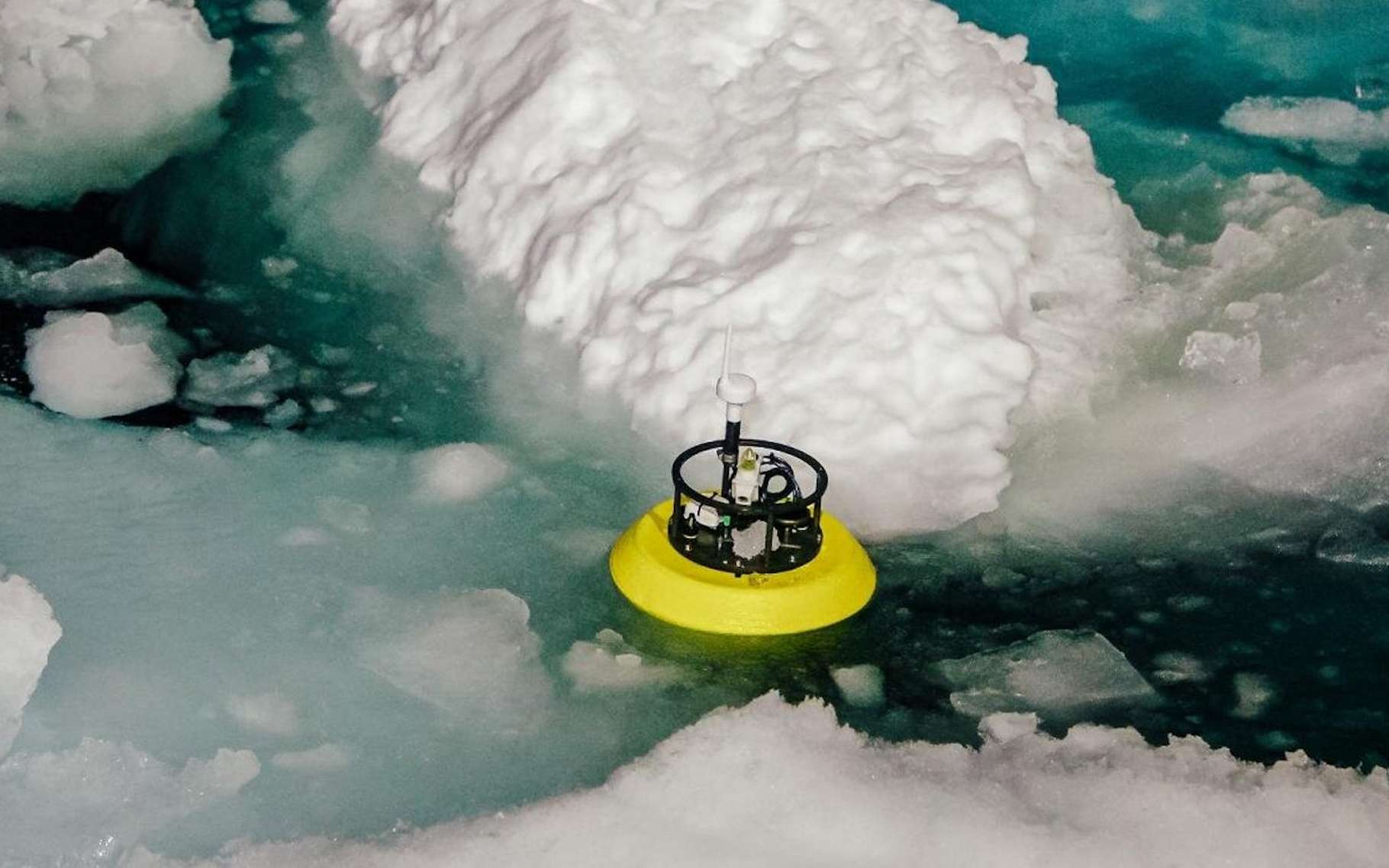 En 2018, des chercheurs ont, pour la première fois, été les témoins d'un événement de subduction d'eau chaude sous la couche superficielle froide de l'océan Arctique. Parmi les instruments utilisés pour l'analyser, ce dériveur. © San Nguyen, Institut océanographique Scripps