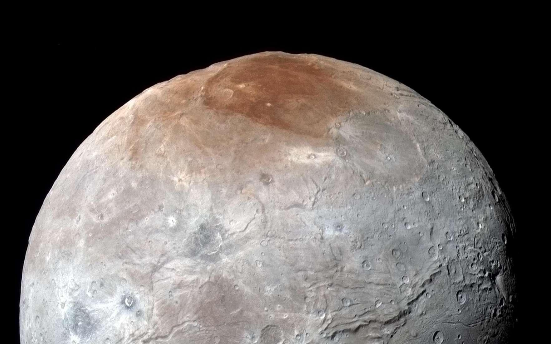 Le satellite naturel Charon photographié par New Horizons le 14 juillet, juste avant le survol de Pluton. Les images prises à travers les filtres infrarouge, rouge et bleu de l'instrument Ralph/MVIC révèlent les différentes compositions des terrains. La région du pôle nord nommée Mordor Macula se distingue du reste de ce corps céleste, deux fois plus petit que son compagnon Pluton. La résolution est de 2,9 km par pixel. © Nasa, JHUAPL, SwRI