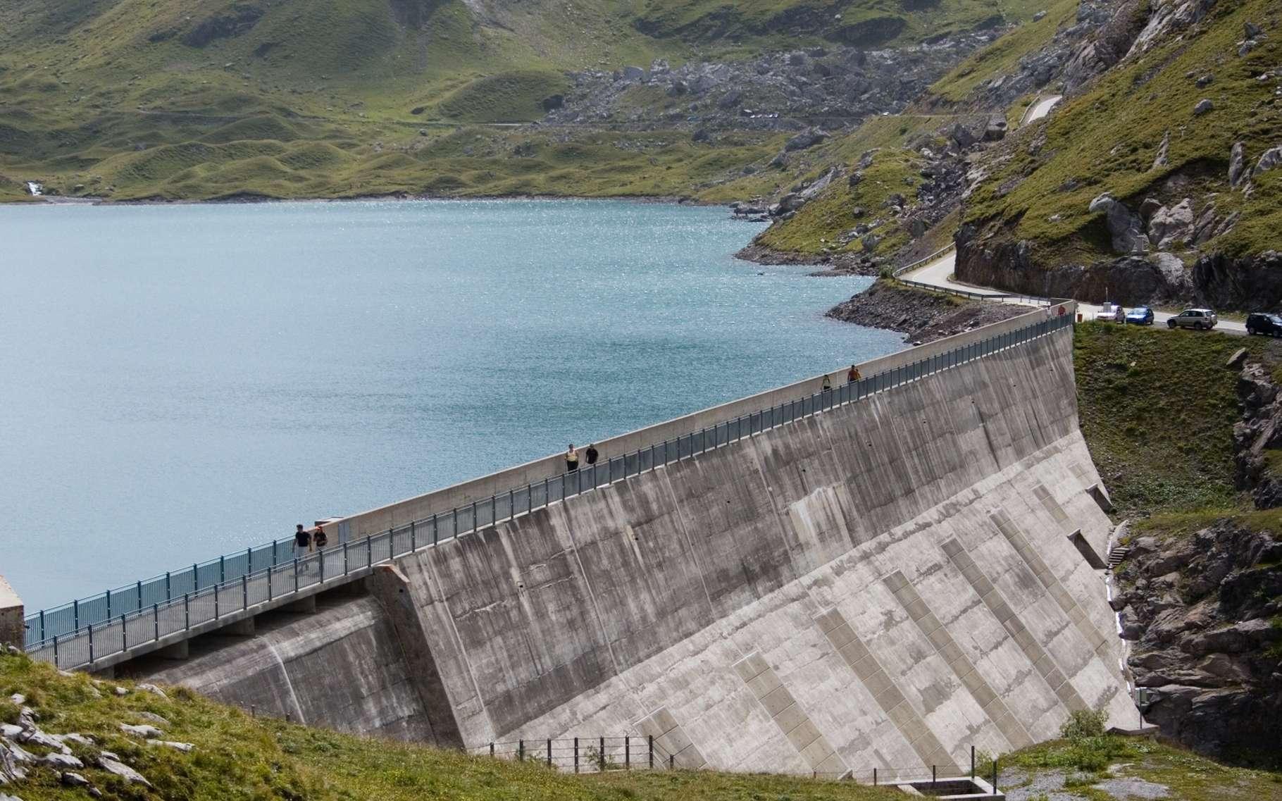 Les barrages, en changeant le régime des cours d'eau, modifient l'activité biologique aquatique et favorisent les émissions de différents gaz à effet de serre, dont le méthane. Le phénomène serait plus important que prévu. Ici le barrage de Sanetsch, dans le canton du Valais, en Suisse. © Ludovic Péron, CC by-sa 2.5