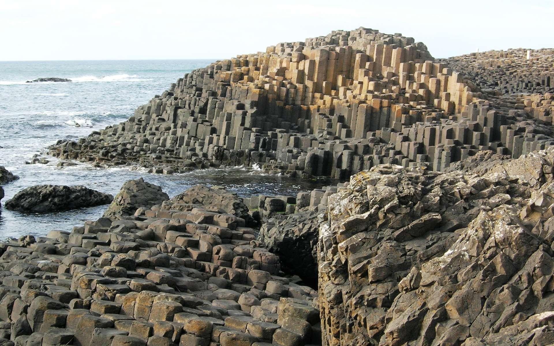 La Chaussée des Géants (Giant's Causeway, en anglais), dans le comté d'Antrim, en Irlande, résulte de l'érosion par la mer d'une ancienne coulée de lave fluide basaltique expulsée à l'ère tertiaire. Datée d'environ 55 millions d'années, elle exhibe ce qu'on appelle une prismation volcanique avec, localement, une sorte de pavage hexagonal. © University of Toronto