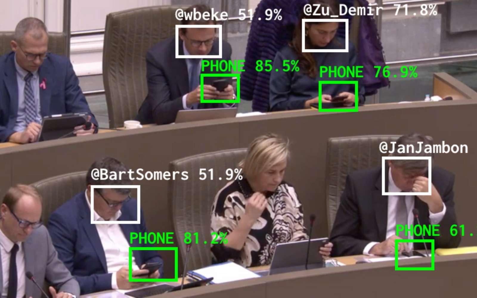 Pris le nez dans le smartphone, les élus de la province flamande en Belgique sont traqués par une IA qui va déterminer le temps qu'ils passent sur leur mobile en pleine séance. © Dries Depoorter