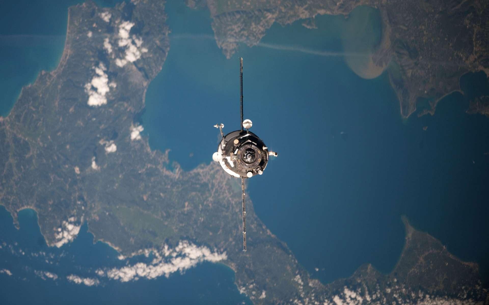 À l'image, le cargo Progress utilisé pour les essais du nouveau système d'amarrage. On le voit en phase finale d'approche de l'ISS, au-dessus de l'île grecque de Corfou. Ce cargo, lancé le 20 avril, a ravitaillé l'ISS avec plus de 2,3 tonnes de fret. Il s'est amarré avec l'ancien système, le 22 avril. © Nasa