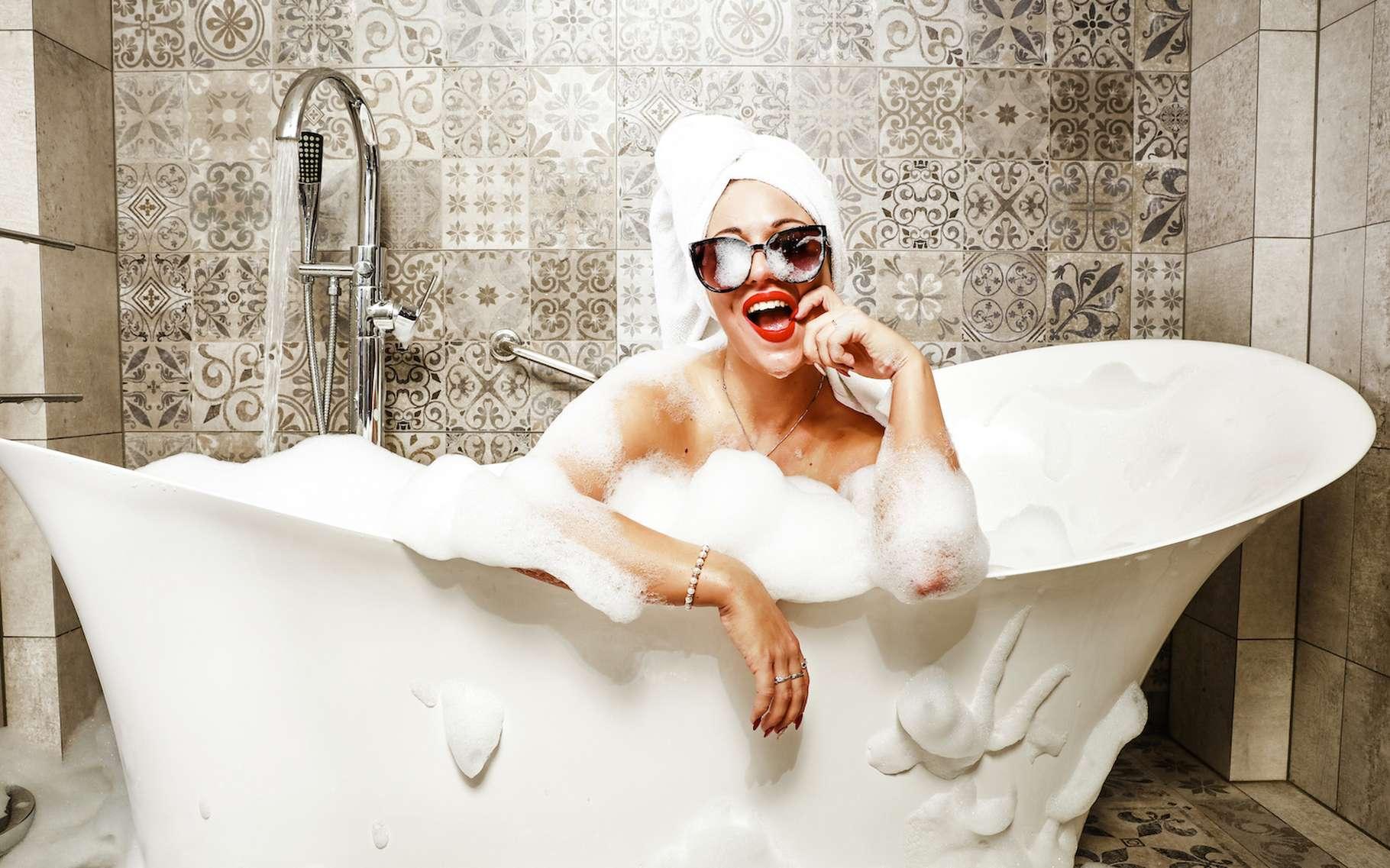 Ce sont les tensioactifs contenus dans les bains moussants qui produisent, ou plutôt qui entretiennent les bulles de votre bain. © magdal3na, Adobe Stock