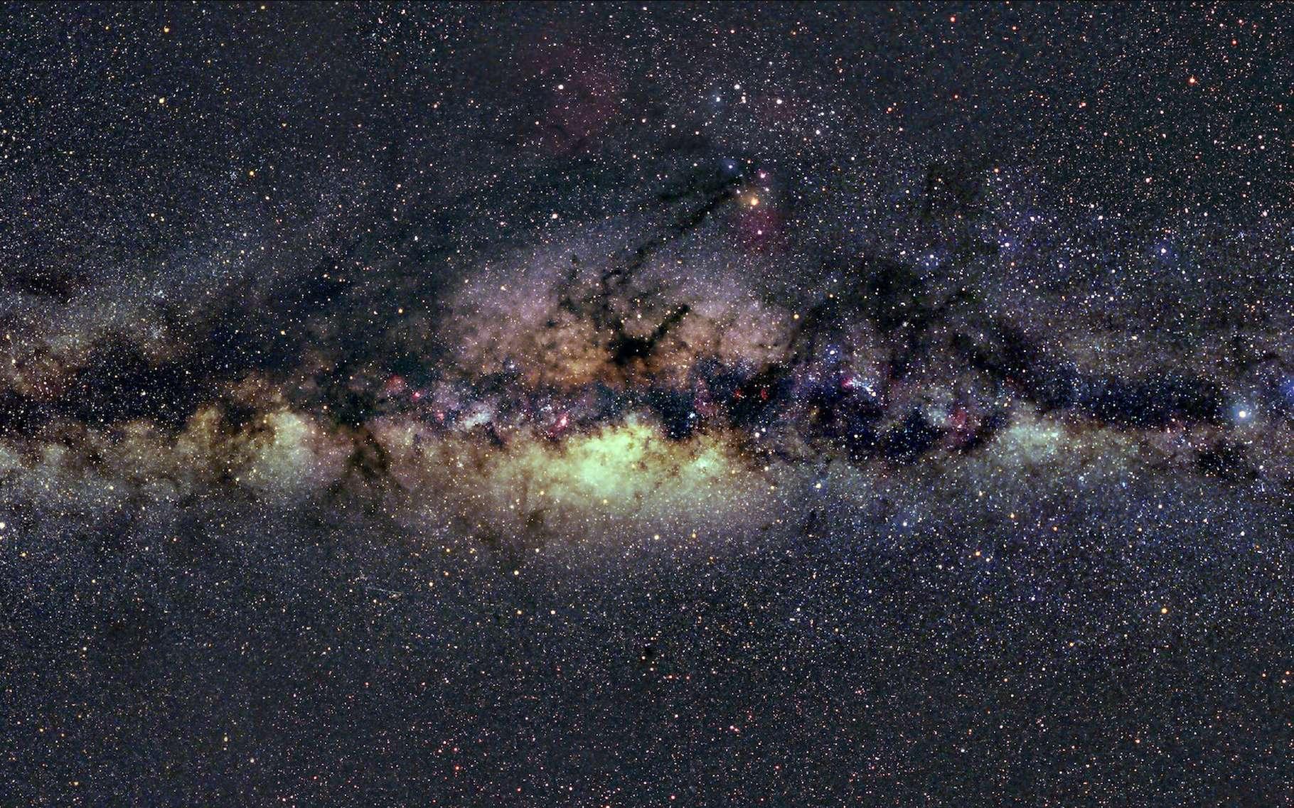 L'étrange « drapeau rouge » observé par les astronomes l'a été dans la partie jaune de la Voie lactée sur cette photo. Elle est émise par de l'hydrogène gazeux ionisé. © Axel Mellinger