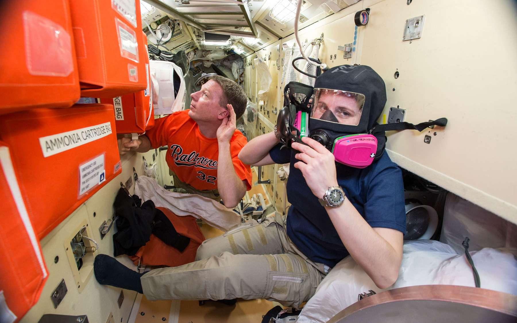 Quelques jours avant la supposée fuite d'ammoniac, l'équipage de la Station spatiale s'entraînait aux procédures de sauvegarde. © Nasa
