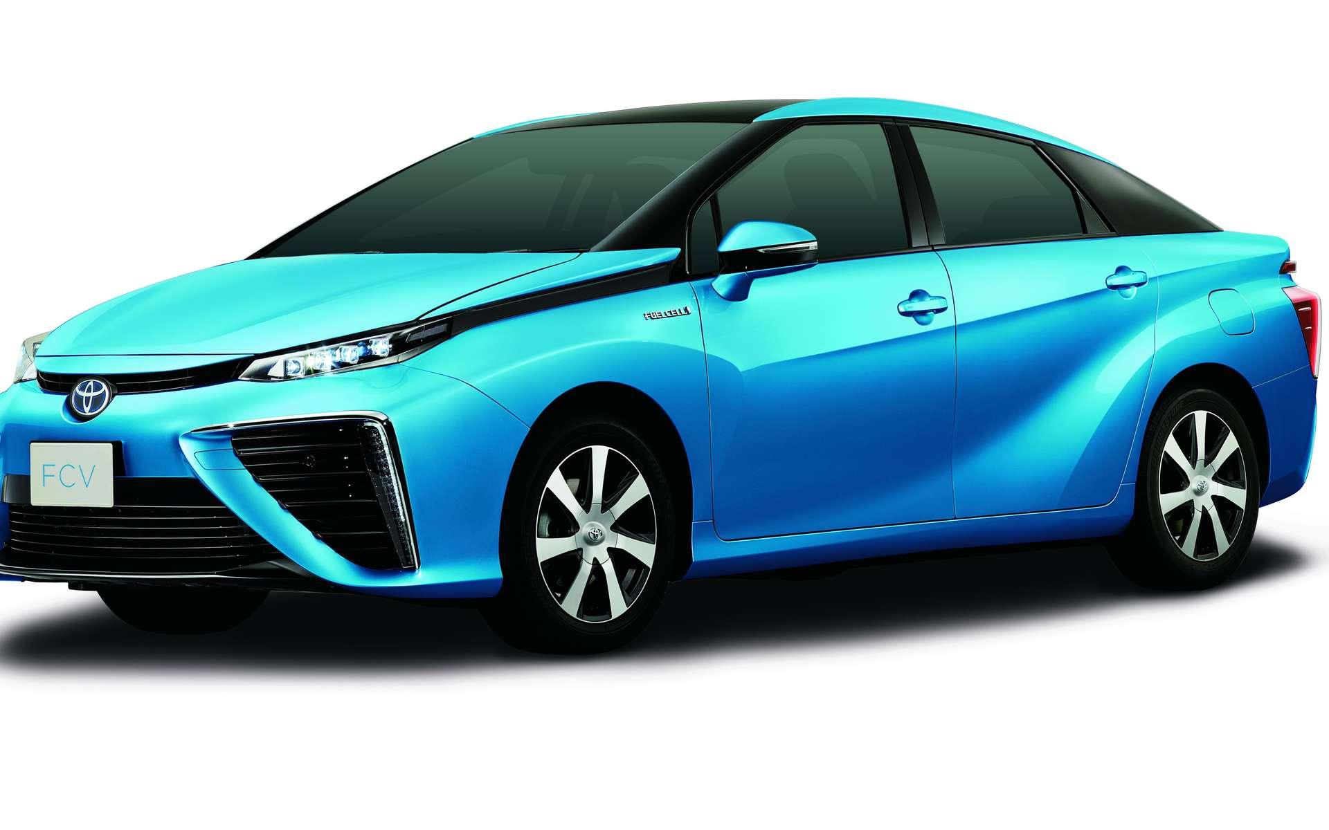 La Toyota FCV à moteur électrique embarque une pile à combustible alimentée par deux bonbonnes d'hydrogène sous pression (700 bars) et par l'oxygène atmosphérique (d'où les deux énormes entrées d'air). L'autonomie serait de 500 km. © Toyota