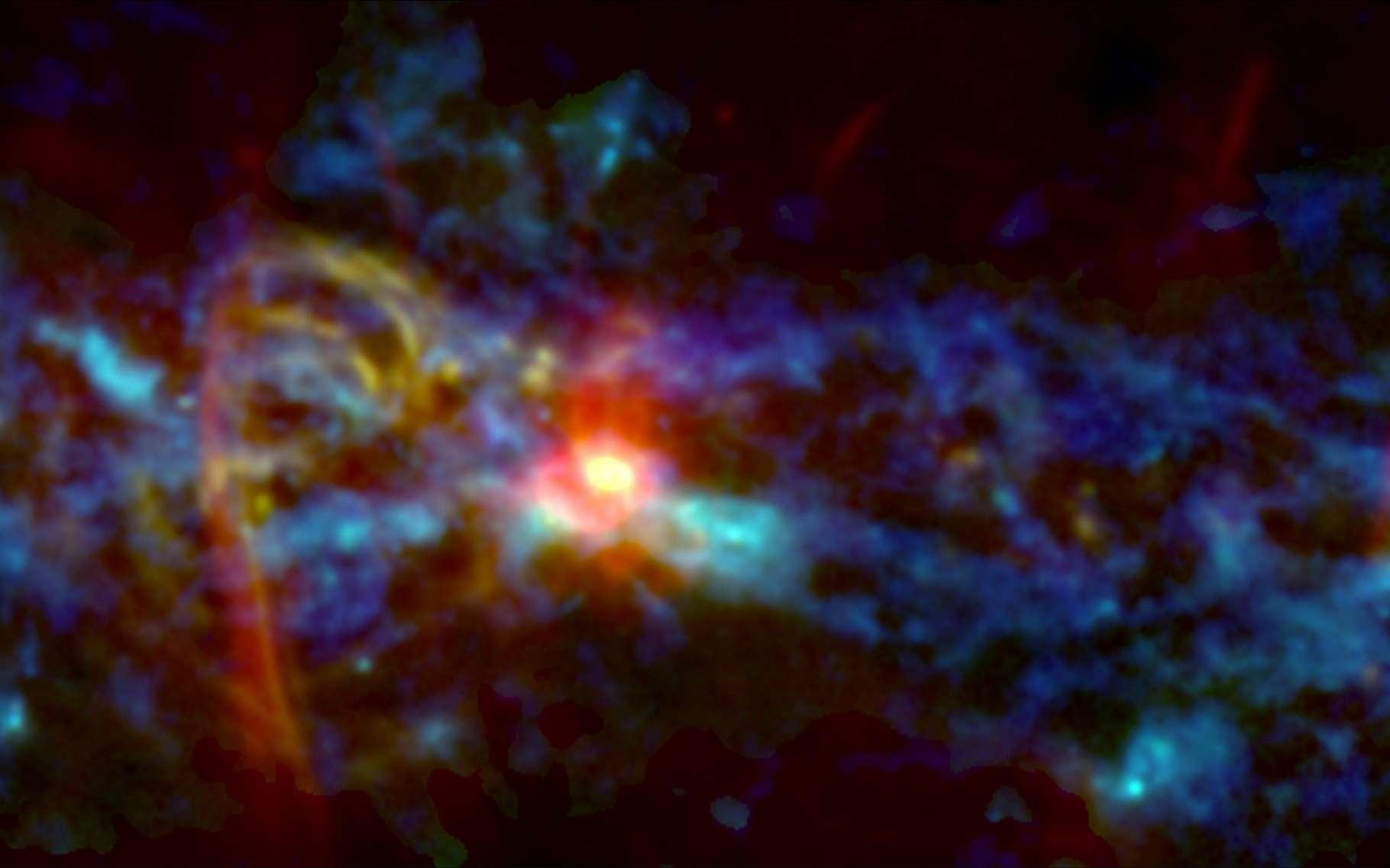 La zone centrale de notre galaxie abrite la plus grande et la plus dense collection de nuages moléculaires géants de la Voie lactée, matière première pour fabriquer des dizaines de millions d'étoiles. Cette image combine des observations d'archivage infrarouge (bleu), radio (rouge) et de nouvelles observations micro-ondes (vert) de l'instrument Gismo. Elle révèle, entre autres, des filaments de gaz ionisés faisant penser à un sucre d'orge et formés aux bords d'une bulle soufflée par un évènement puissant au centre de la galaxie. © Nasa's Goddard Space Flight Center