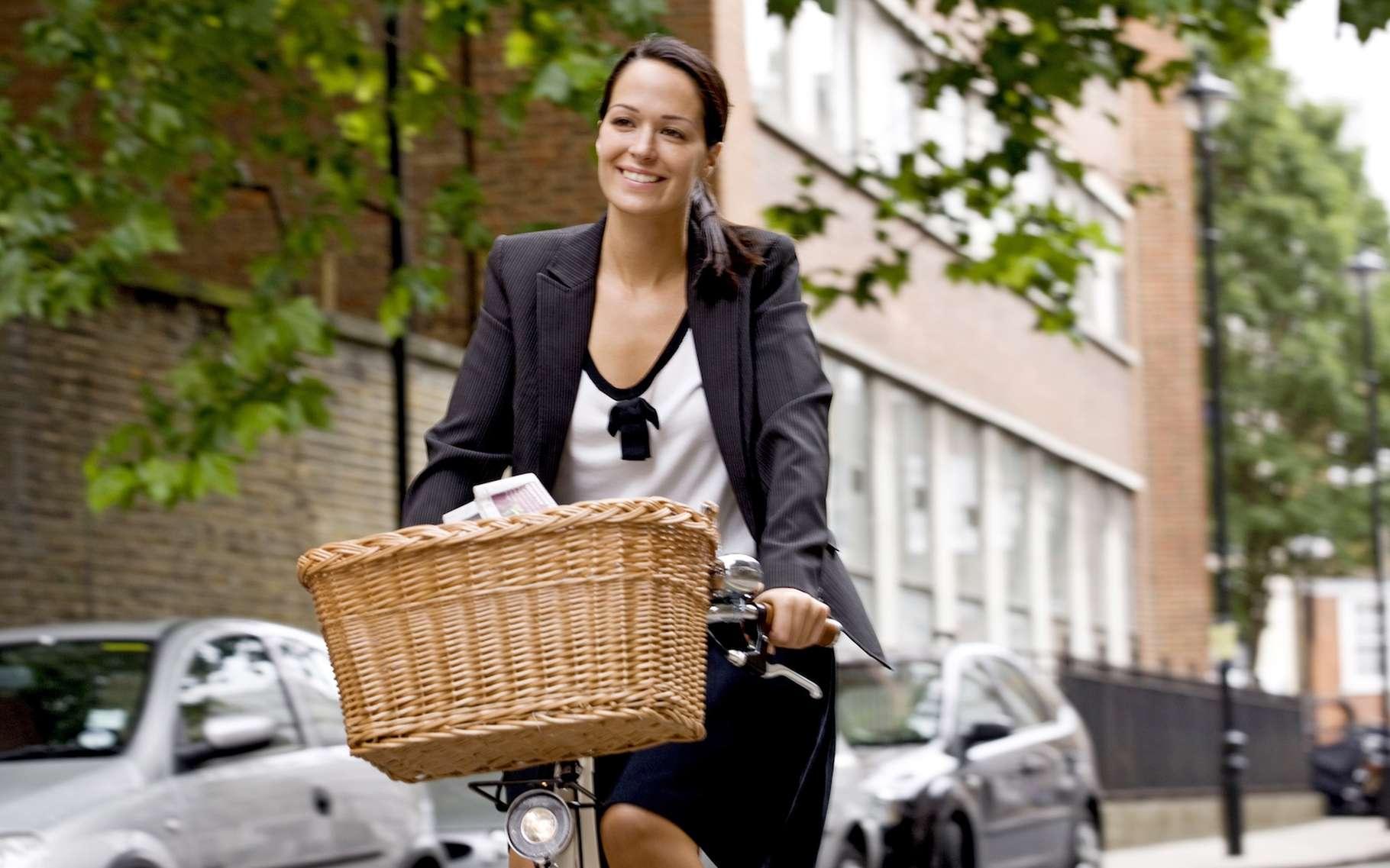 Mieux vaut, quand c'est possible, aller à son travail en vélo qu'en voiture ou en empruntant les transports en commun. © Air Images, shutterstock