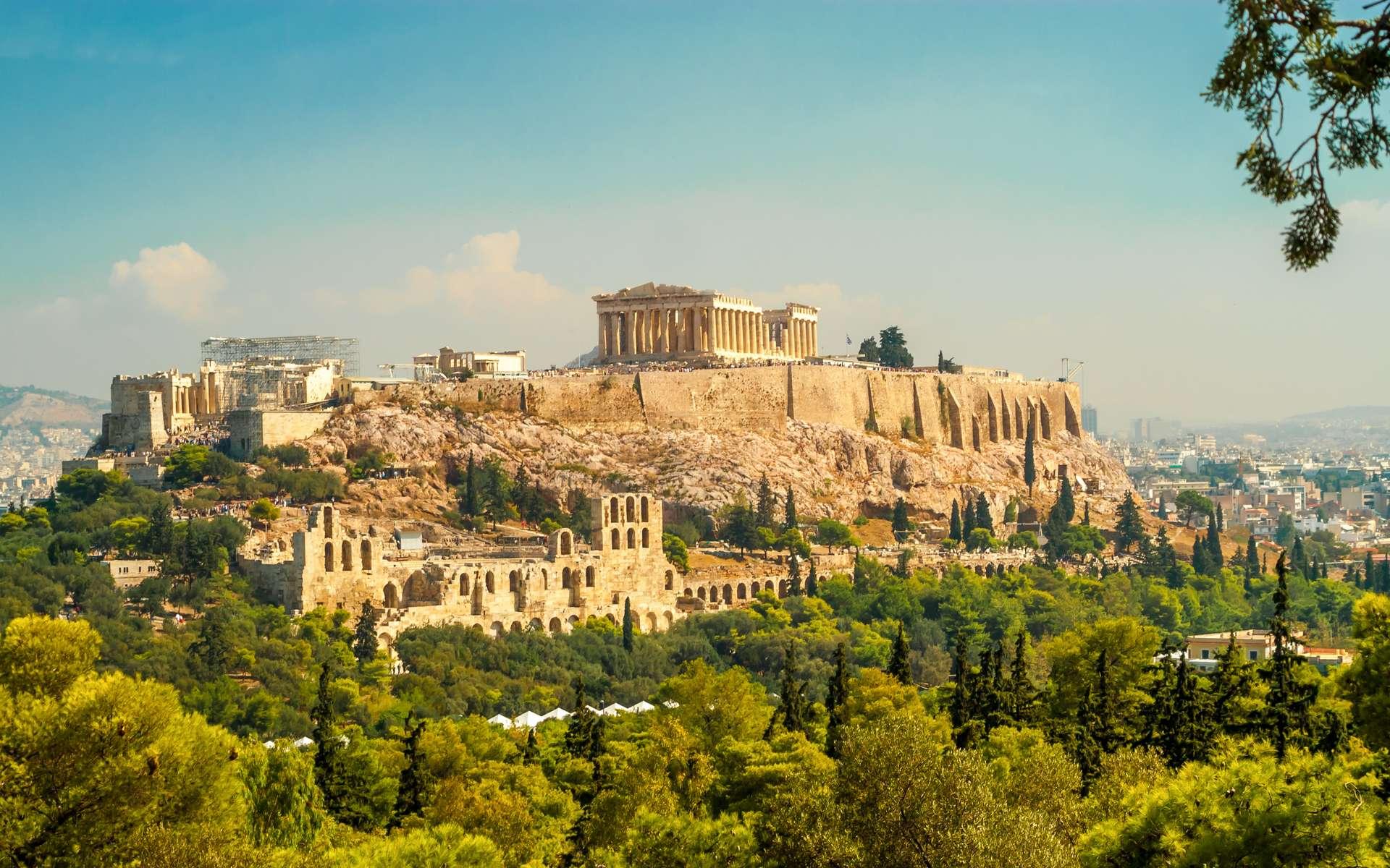 L'Acropole d'Athènes abrite de nombreux bâtiments célèbres, comme le Parthénon, les Propylées, le temple d'Athéna Nikè et l'Érechthéion. En 2012, une vaste campagne de restauration a été lancée. © milosk50, Adobe Stock
