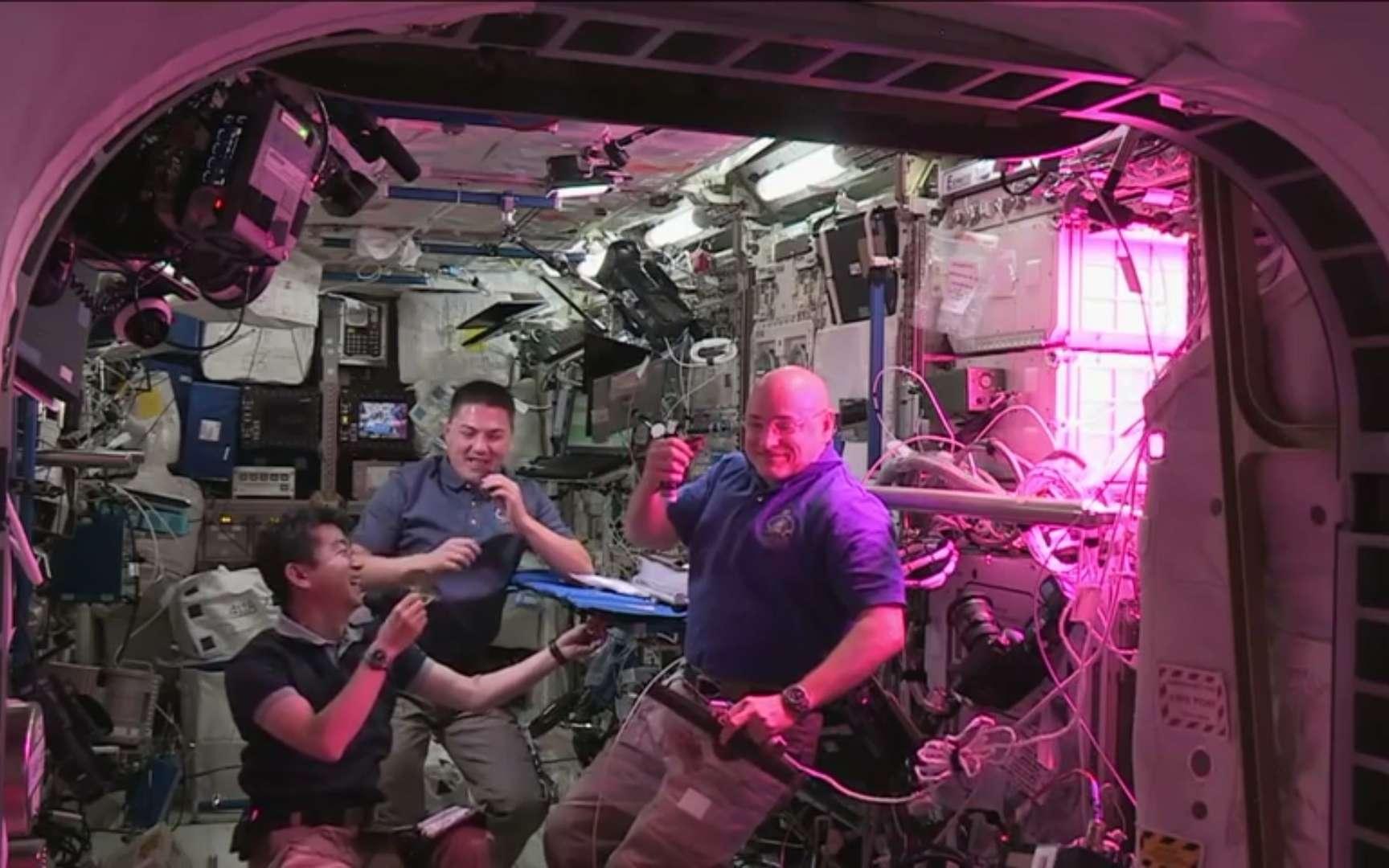 Kimiya Yui, Kjell Lindgren et Scott Kelly dégustent une feuille de laitue. Un geste pas du tout banal dans l'espace. © Nasa TV