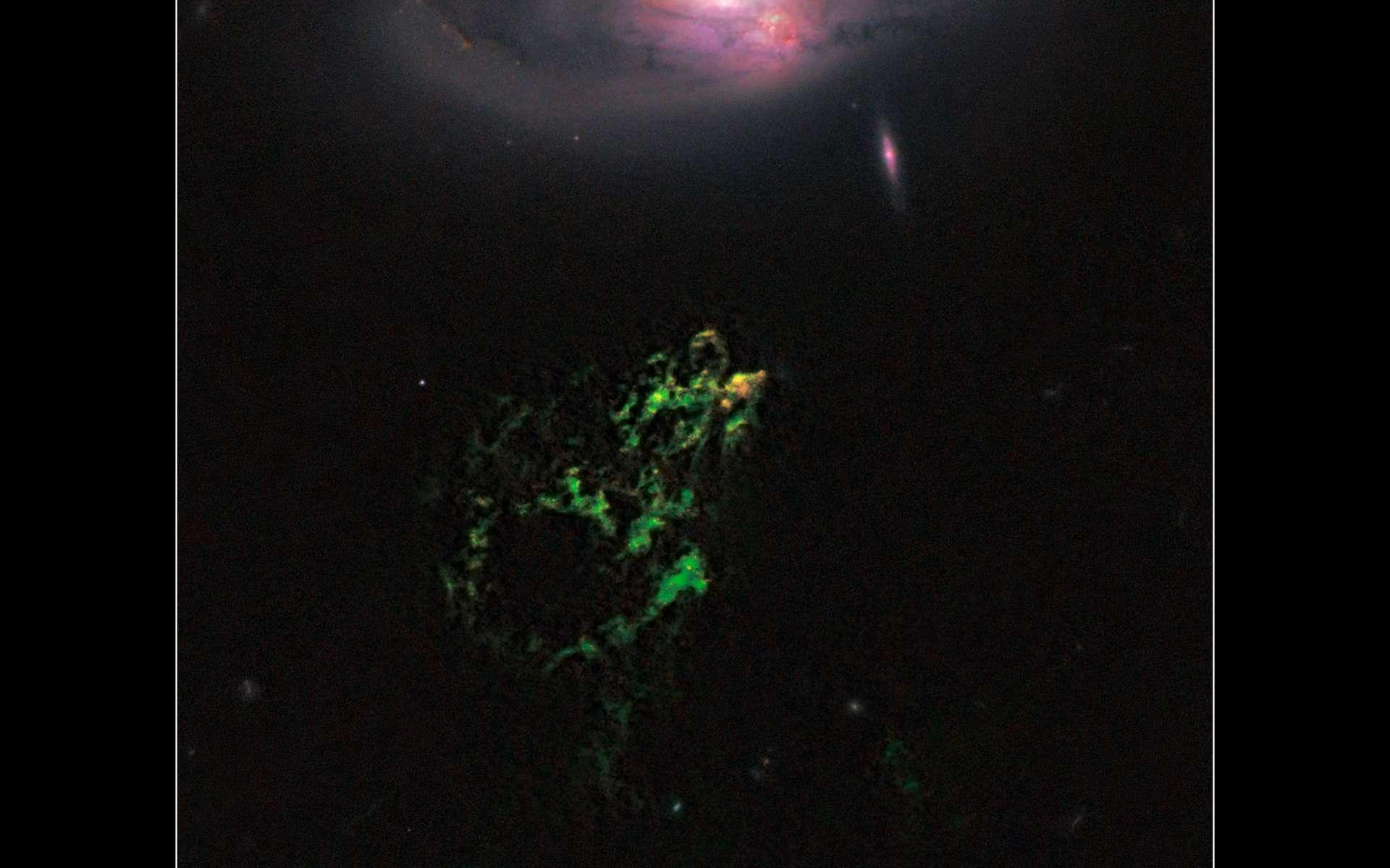 L'Objet de Hanny, un étrange nuage de gaz vert qui flotte devant la galaxie IC 2497. La partie jaune-orange du nuage révèle l'existence de très jeunes étoiles. © Nasa/Esa/W. Keel (Université de l'Alabama) et l'équipe de Galaxy Zoo