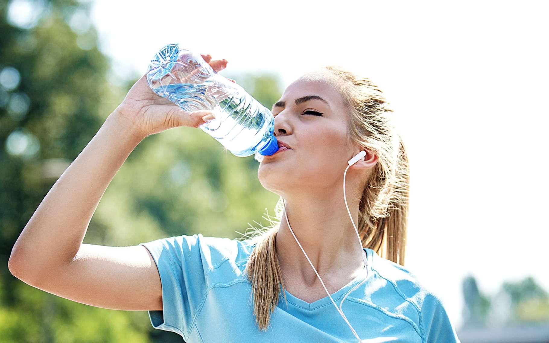 Boire de l'eau en bouteille plastique : un geste peut-être pas aussi sain qu'il en a l'air. © grki, Fotolia