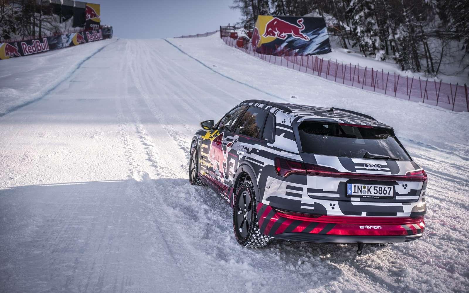 L'Audi e-tron s'attaque à la pente à 85 % de la piste « Streif » à Kitzbühel en Autriche. © Audi