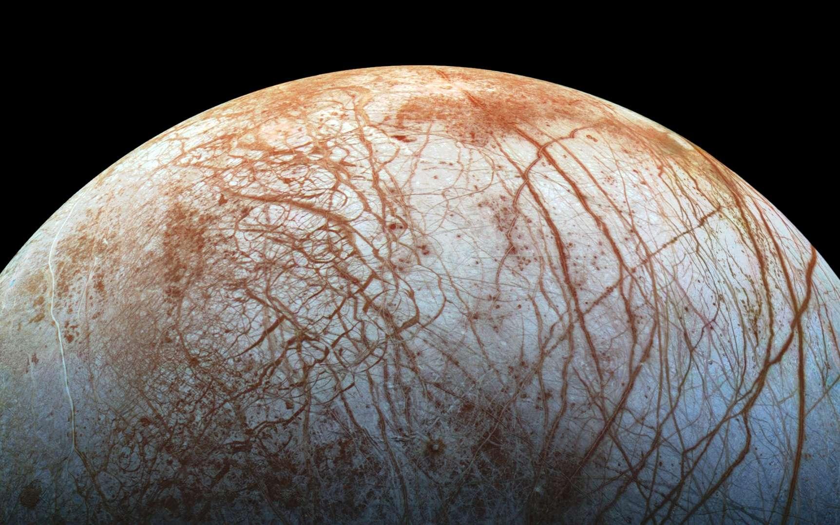 Si des panaches jaillissent de la surface glacée d'Europe, ils pourraient permettre de caractériser son océan — caché sous le croûte glacée et marquée de cicatrice visible ici — qui reste, par ailleurs, difficile à explorer. © Nasa, JPL-Caltech, Seti Institute