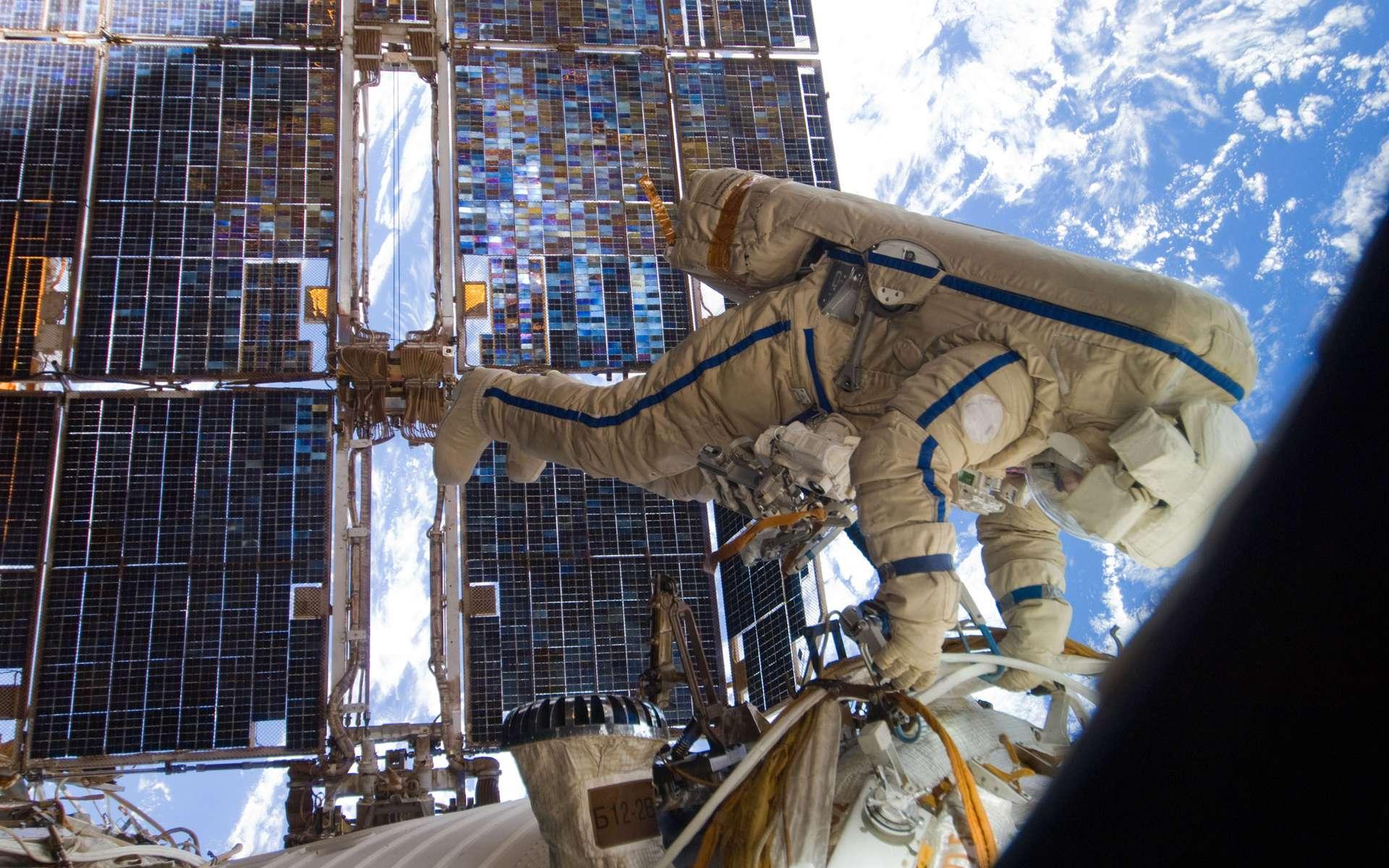 Sortie dans l'espace pour un cosmonaute russe de la Station spatiale au cours de laquelle sera lâché dans l'espace un microsatellite radio pour le compte de l'organisation Ariss. © Nasa