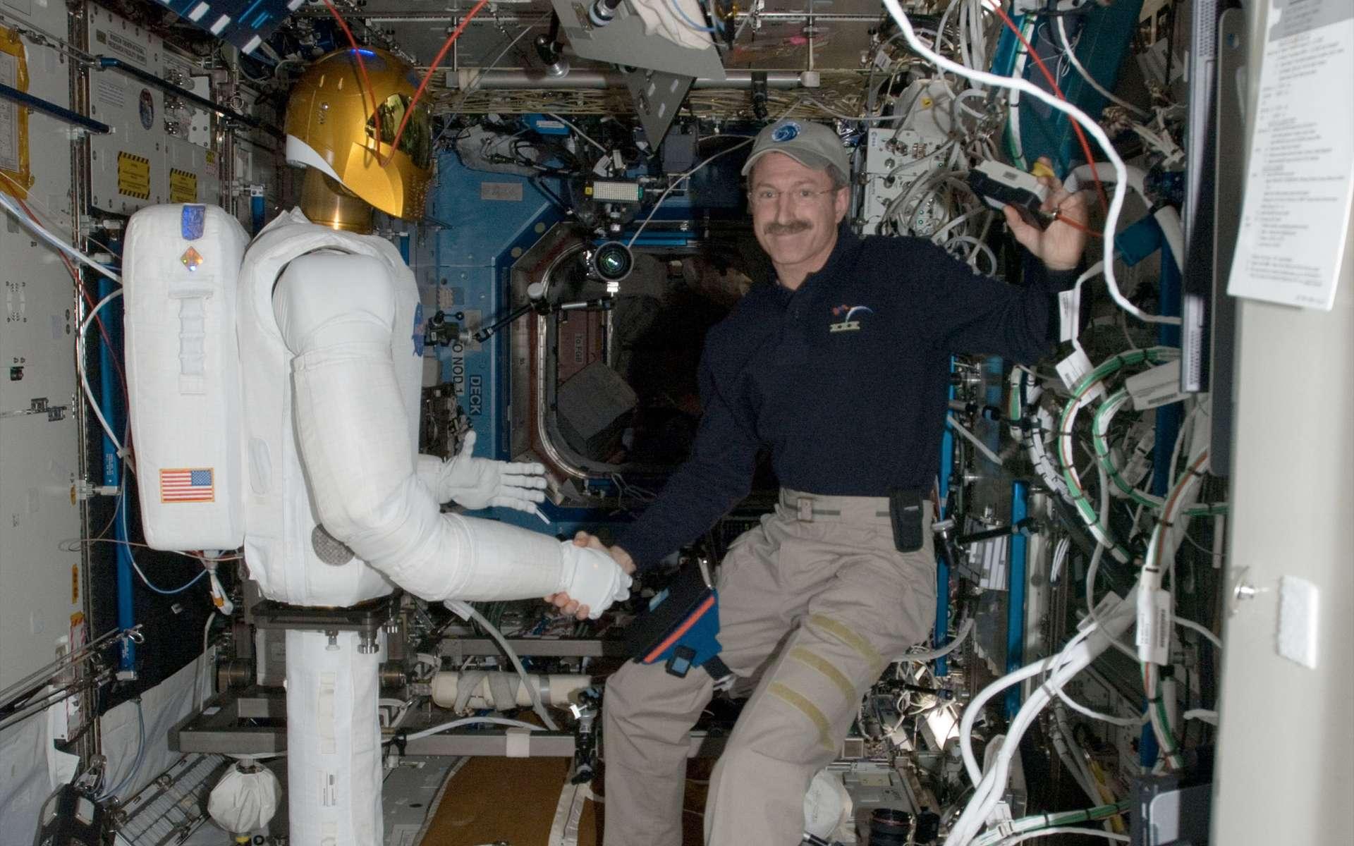 Première poignée de main entre Robonaut 2 et Dan Burbank, le commandant d'Expedition 30, à bord de la Station spatiale internationale. © Nasa