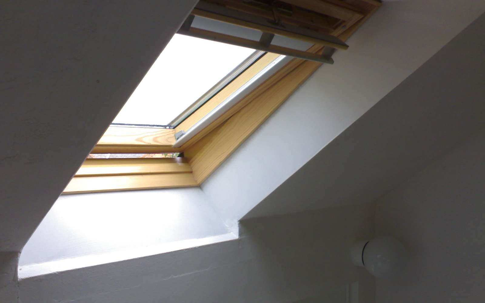 Fenêtre de toit, marque Velux® . © Robert Brook, CC BY 2.0, Wikimedia Commons