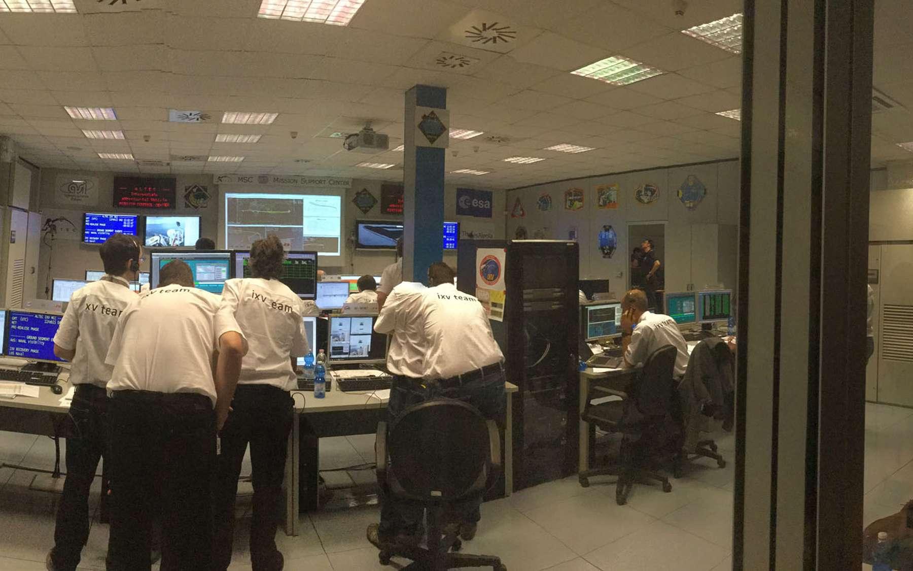 Le centre de contrôle de l'IXV, quelques minutes avant l'amerrissage du véhicule de retour d'orbite. © Rémy Decourt