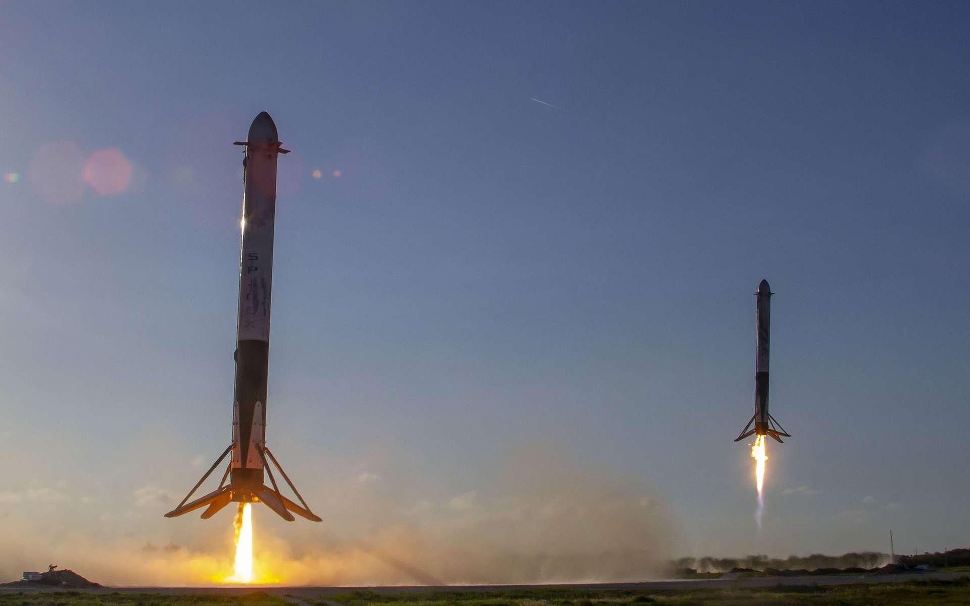 Retour sur la terre ferme de deux des trois étages qui forment l'étage principal du Falcon Heavy, après leur mission (avril 2019). © SpaceX