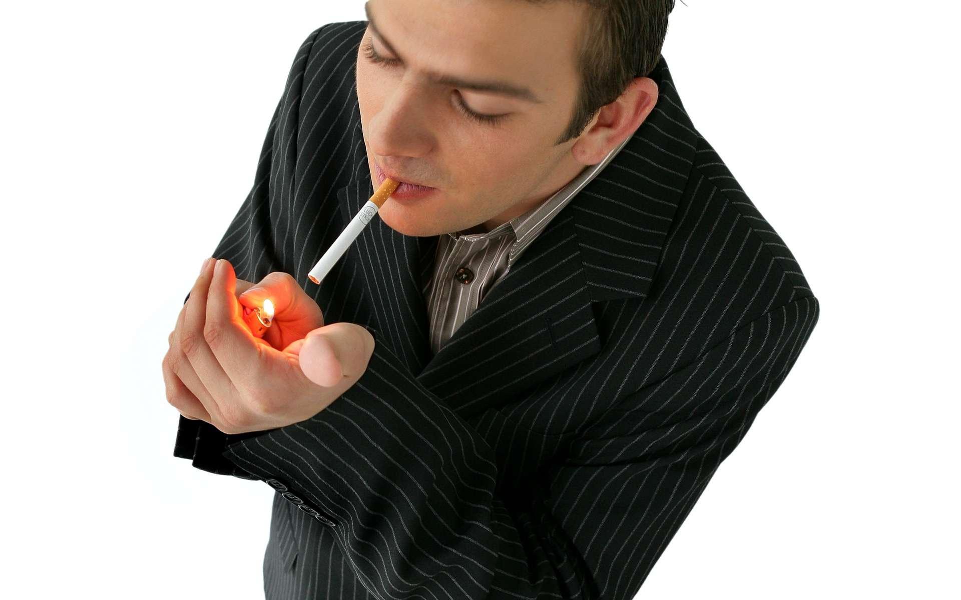 La cigarette : un danger pour les yeux. © Phovoir