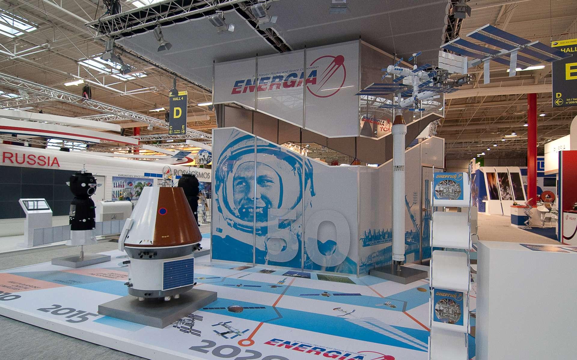Le stand de RKK Energia au Salon du Bourget sur lequel était présenté le possible successeur de la capsule Soyouz. © Remy Decourt