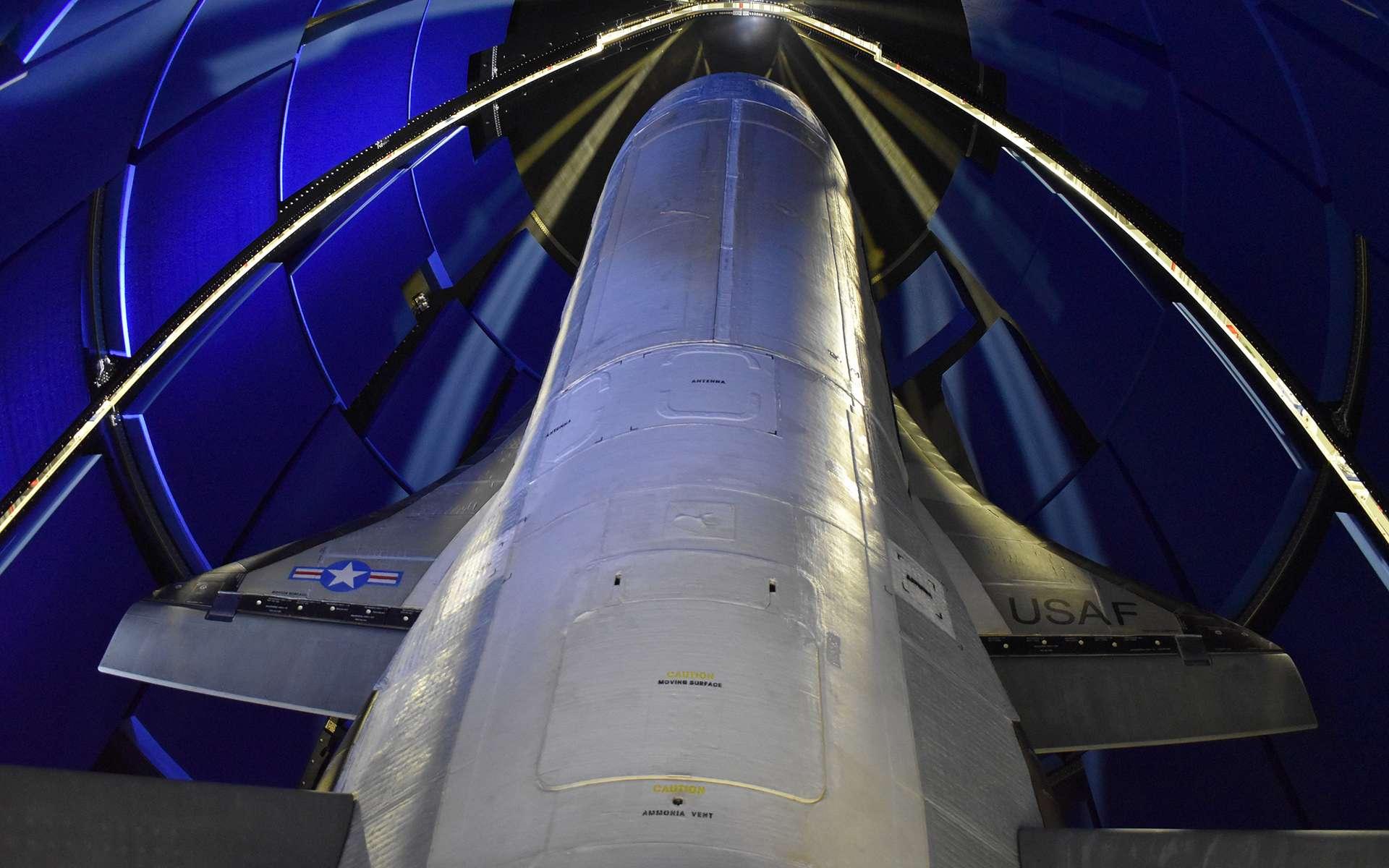 Le X37-B avec son nouveau module de service installé dans la coiffe de son lanceur. Notez que les différentes soutes du véhicule sont clairement visibles sur cette photo. © Boeing