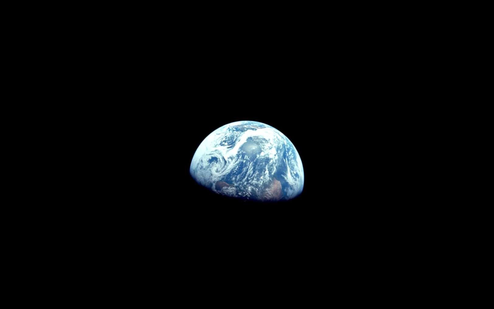 Lever de la Terre au-dessus de la Lune photographié en décembre 1968 lors de la mission Apollo 8. © Nasa