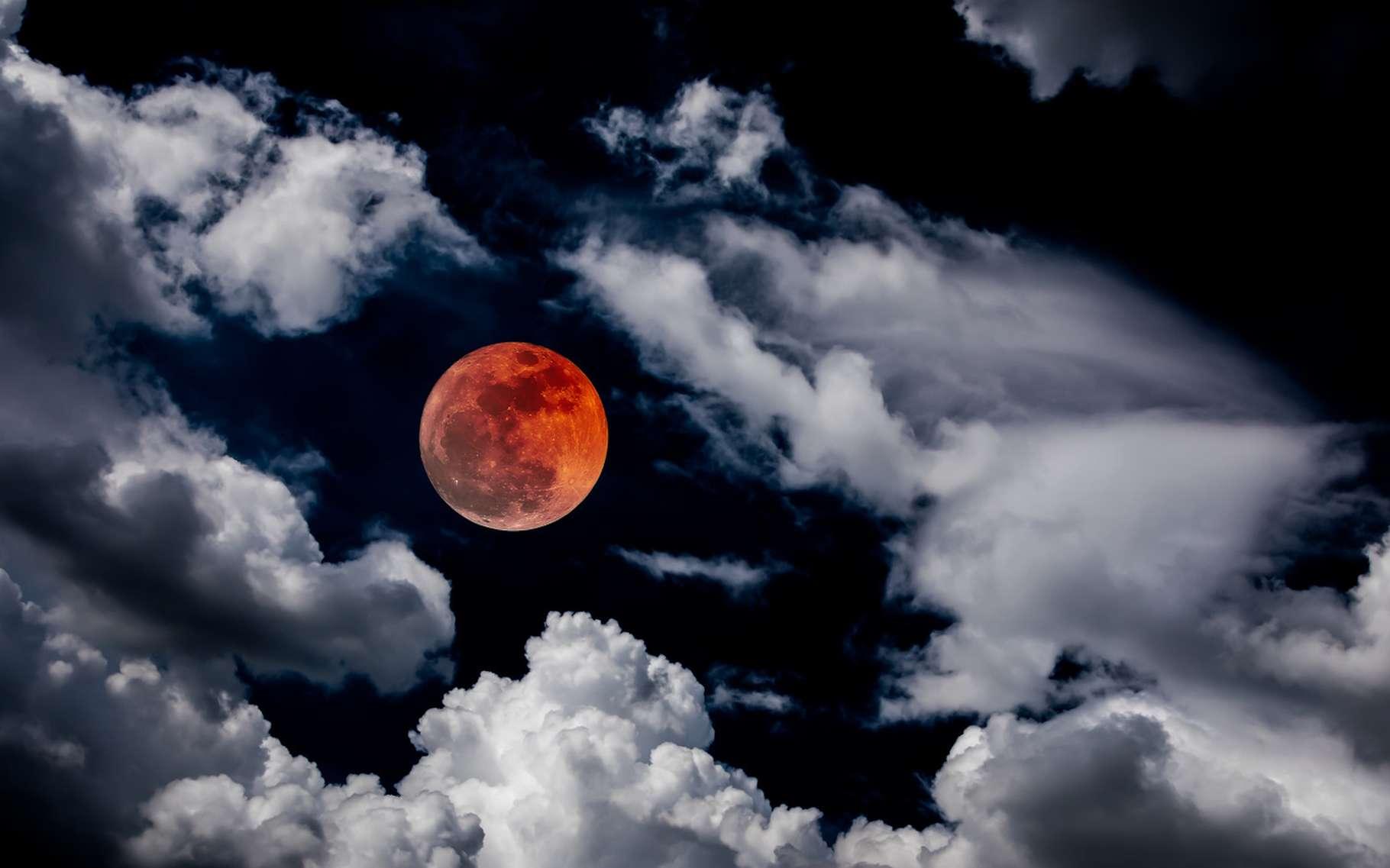 Lors d'une éclipse totale de la Lune, celle-ci peut apparaître plus ou moins sombre dans le ciel, du fait de la réfraction atmosphérique. © Wutthipong53, Fotolia